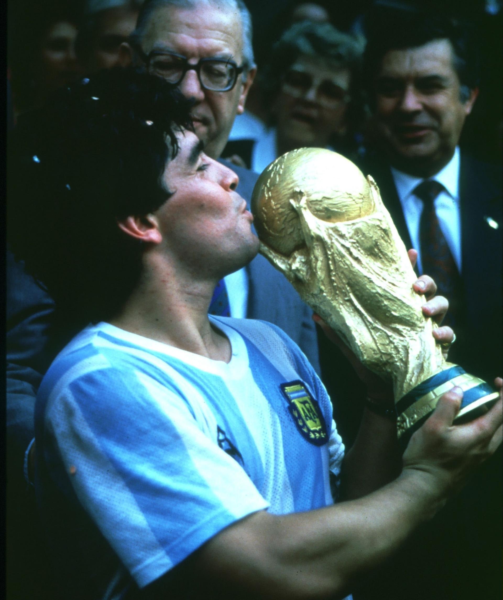 La histórica imagen de Diego Armando Maradona besando la Copa del Mundo