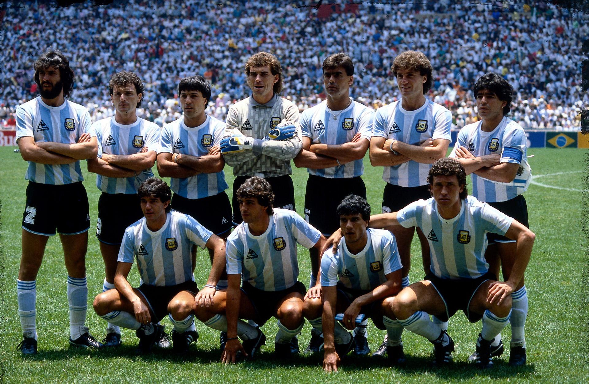 Batista, Cucciufo, Olarticoechea, Pumpido, Brown, Ruggeri, Maradona (parados), Burruchaga, Giusti, Henrique y Valdano (agachados) en la formación argentina