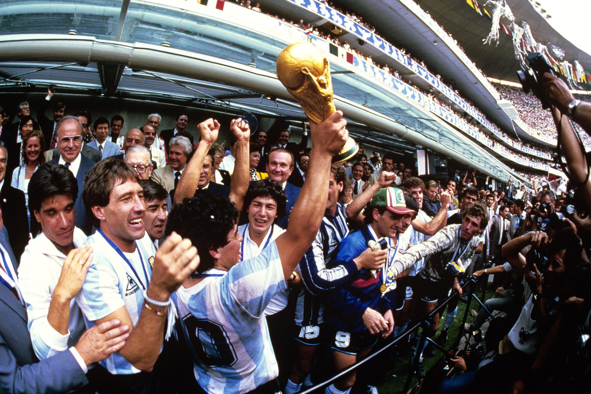 El 10 argentino levanta el trofeo junto a sus compañeros en uno de los palcos del estadio Azteca