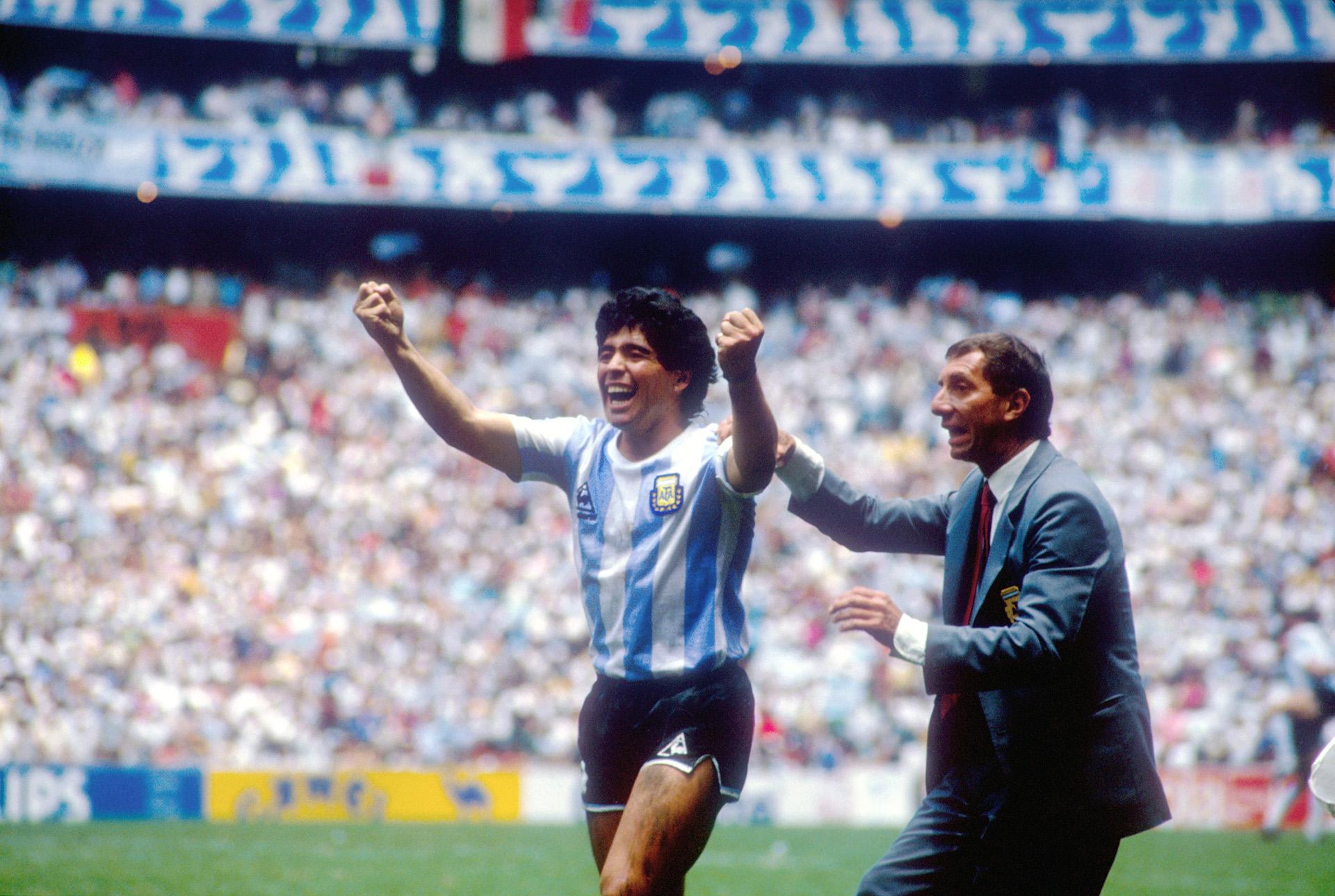 Maradona festeja y Carlos Salvador Bilardo le da indicaciones