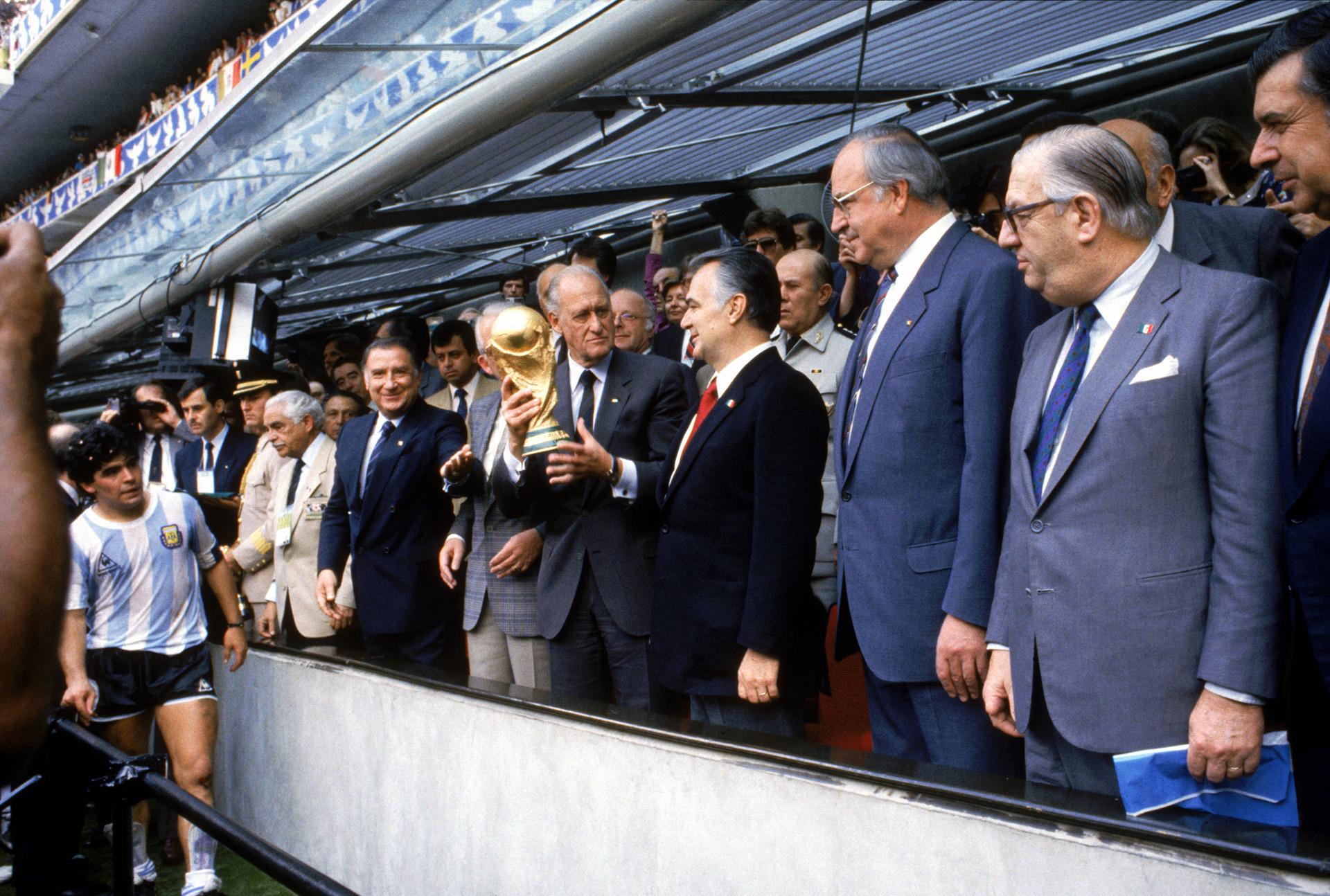 El presidente de la FIFA, Joao Havelange, junto al presidente de México, Miguel de la Madrid