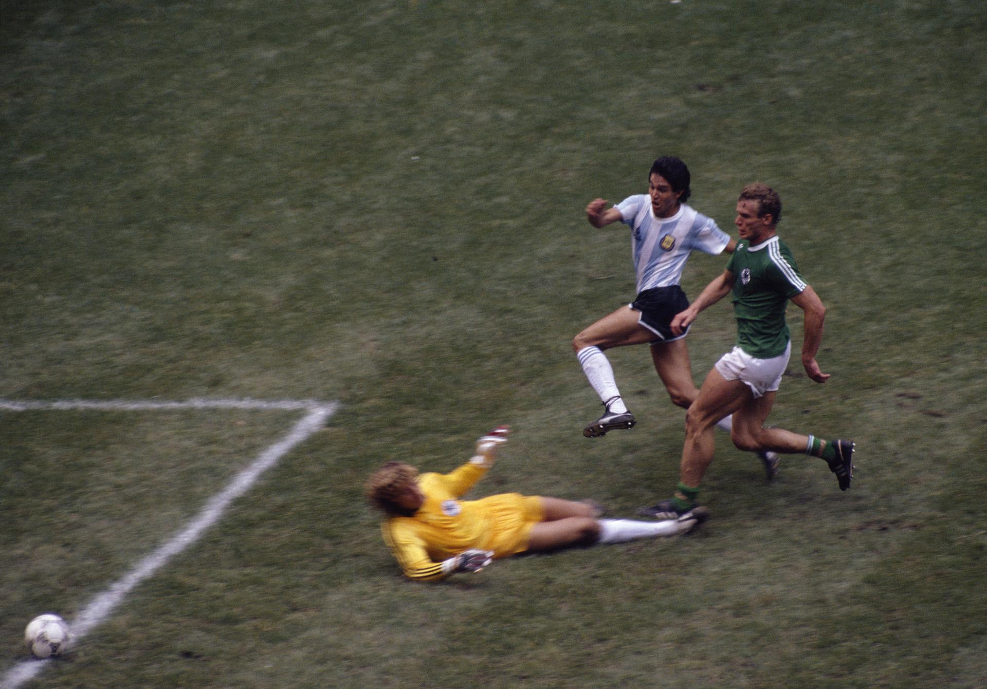 Burruchaga ya definió y Harald Schumacher quedó sin oposición en el suelo