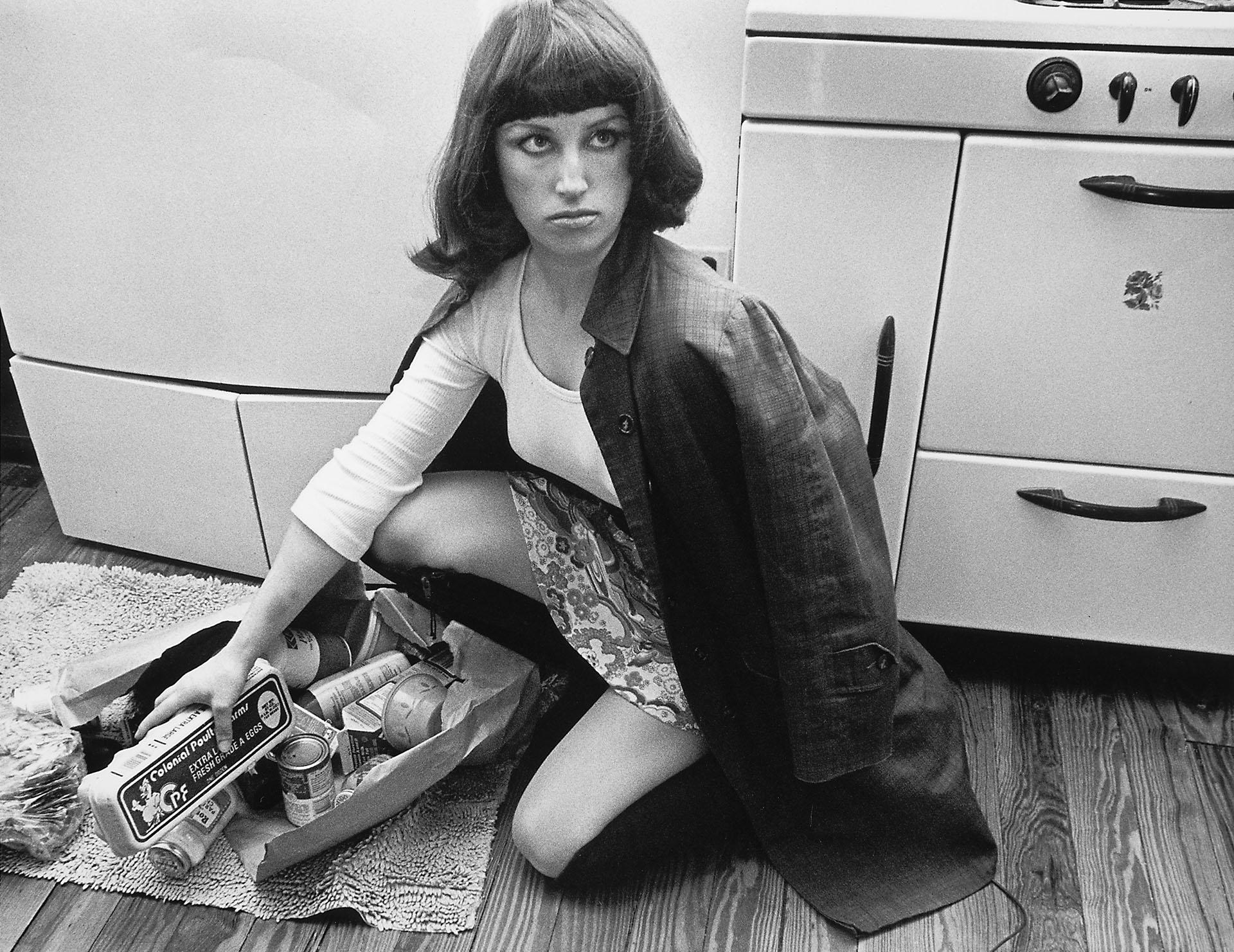 Cindy Sherman (Estados Unidos, 1954)desarrolló las características apropiaciones de personajes que se transformaron en su marca de autora, creando escenas basadas en referencias a la estética popular e ideas del sentido común, en particular, ciertos estereotipos femeninos tomados del cine, las revistas, la publicidad y las artes.A lo largo de su carrera, utilizó y manipuló imágenes, inventando nuevos tipos de imaginarios que, de un modo extremadamente original, cuentan historias sobre la vida de las mujeres en nuestras sociedades.Su originalidad se basa esencialmente en una gran habilidad para crear un amplio rango de personajes con la ayuda de maquillajes y prótesis: Sherman utiliza su propio cuerpo como soporte y materia cruda, y fija esos personajes en el medio fotográfico. Su cuerpo transformativo, pero anclado en una realidad social, es tanto pintura como escultura