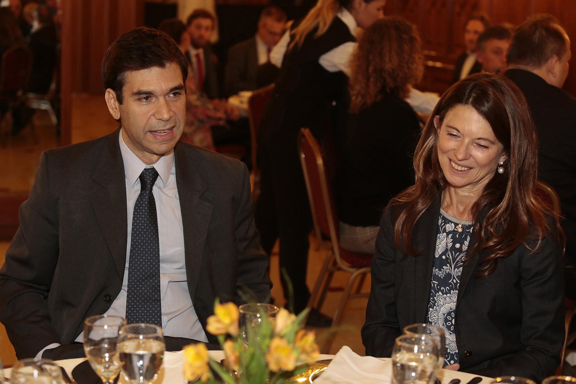 El presidente de ADEPA, Daniel Dessein, y la vocal de la Corte Suprema de Justicia de Tucumán, Claudia Sbdar