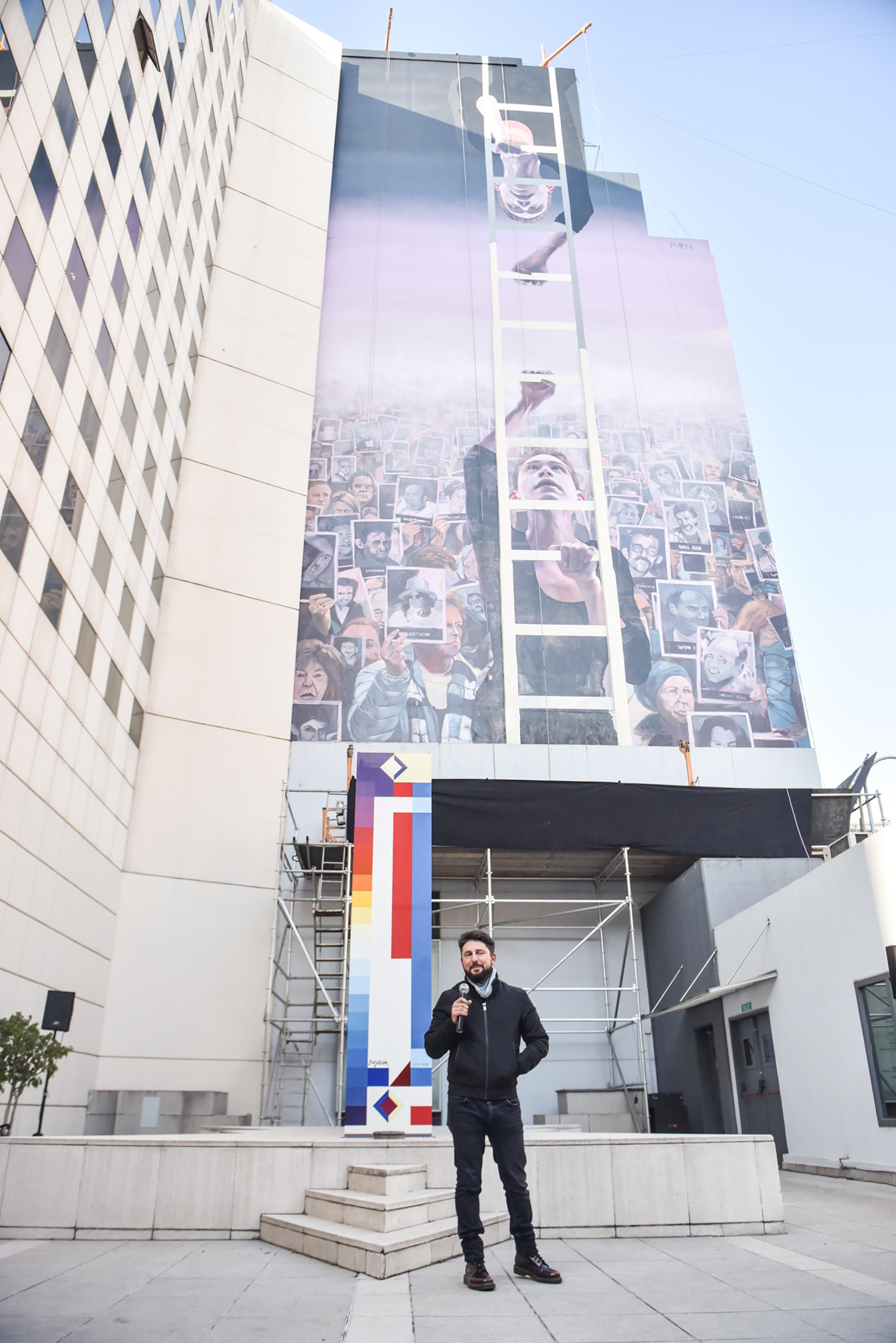 El mural alude también a las manifestaciones por el pedido de justicia, que se realizan cada 18 de julio, en el acto central frente a la sede de AMIA
