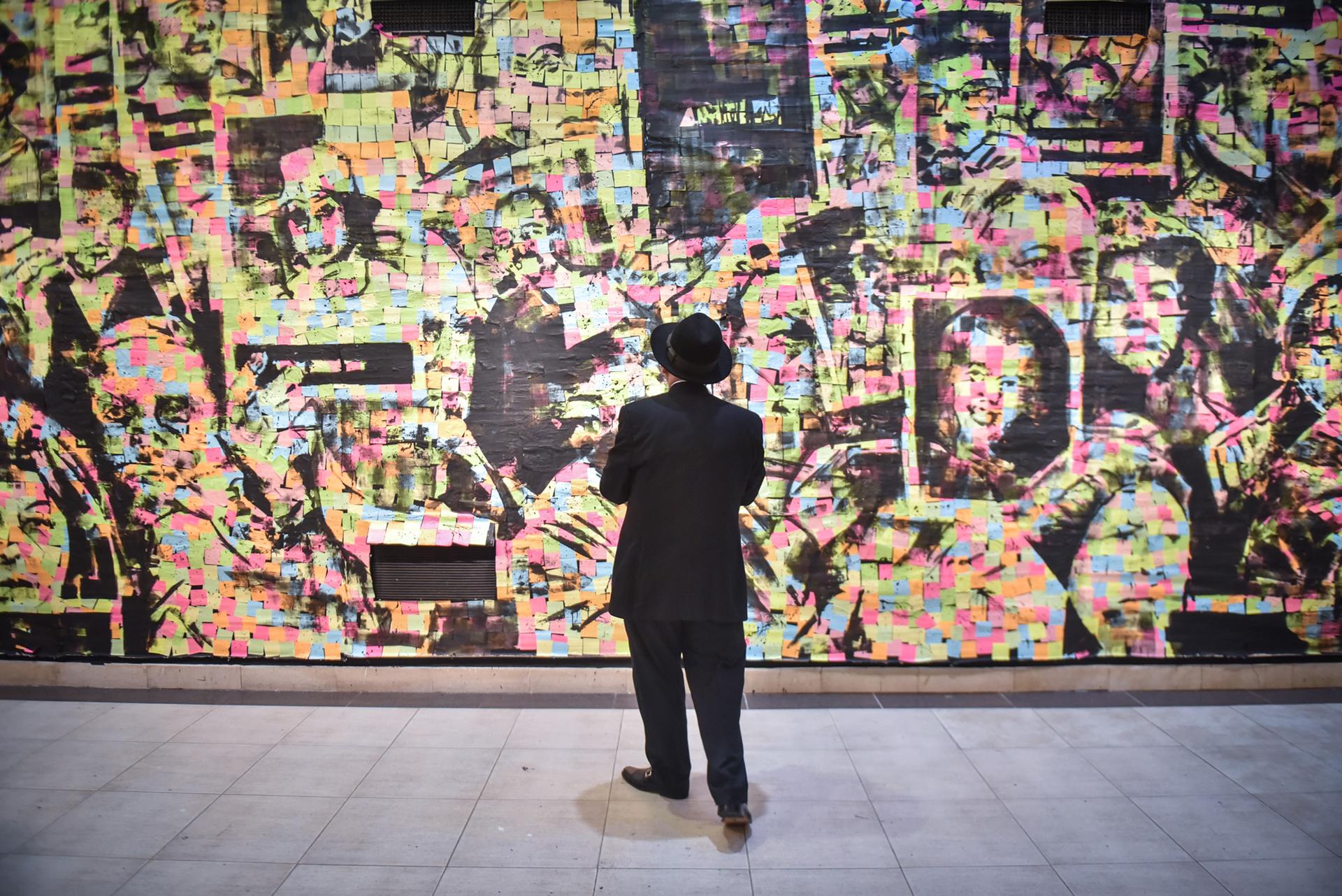 """""""El post it es un elemento asociado a recordar algo que no debemos olvidar. Le damos un uso cotidiano para fijar la memoria"""", explicó Elio Kapszuk, curador de la muestra"""