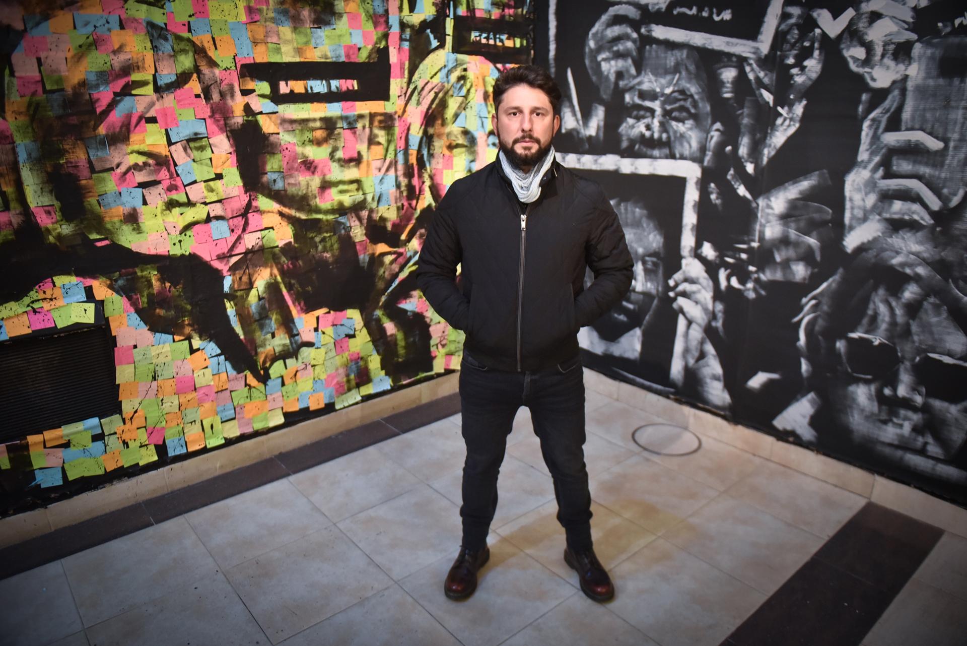 """Martín Ron es considerado uno de los diez muralistas más importantes del mundo. Además de ser el autor de la obra que la institución decidió realizar para transformar una pared en un contundente reclamo de justicia, Ron es el creador de """"Post it"""", la nueva muestra que el Espacio de Arte AMIA inauguró hoy en el entrepiso de Pasteur 633"""