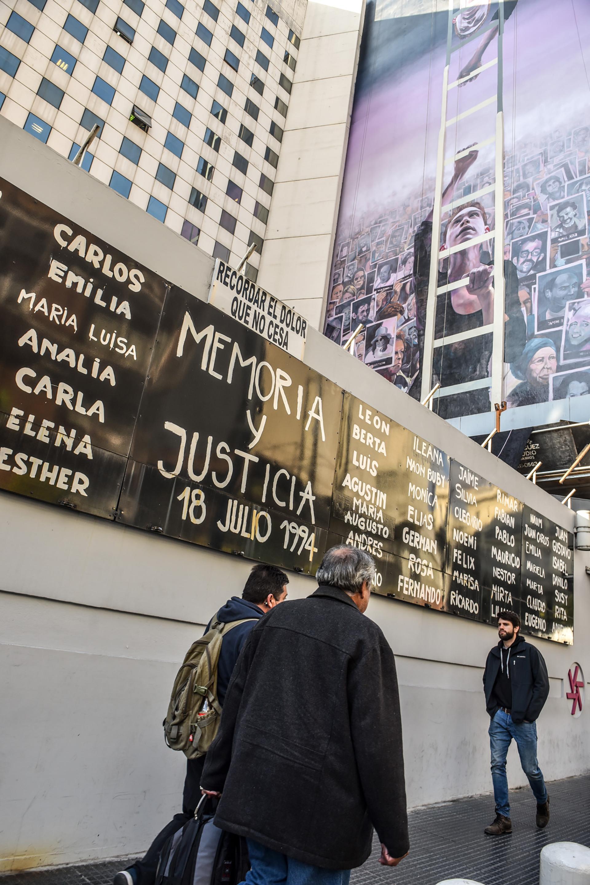 """Con esta obra, AMIA buscó volver a hacer visibles esas marcas de su antigua sede que permanecieron tras la destrucción, y poder resignificarlas y ponerlas en valor a partir del arte urbano (""""street art"""") o callejero"""