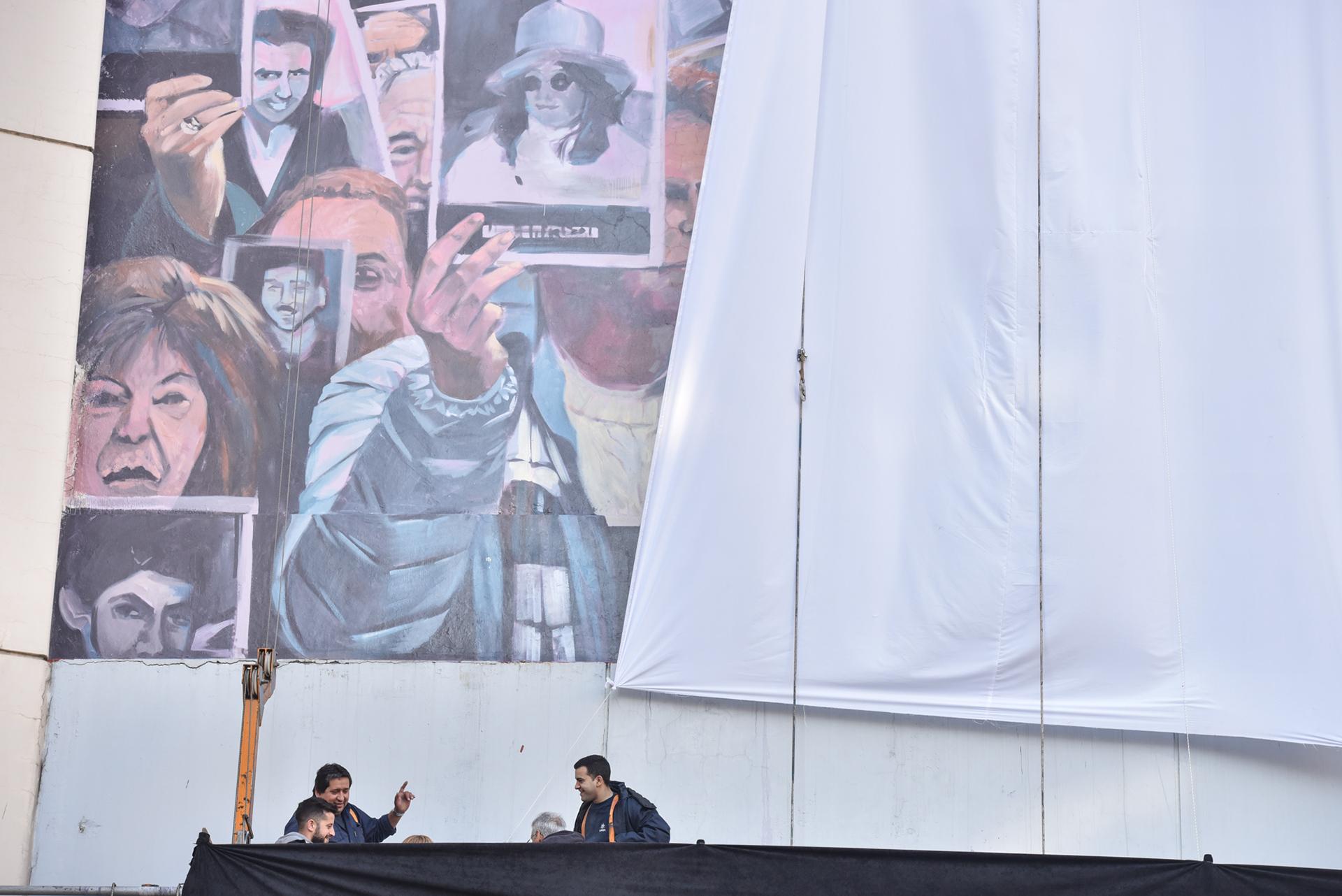Con la presencia del presidente de la institución Agustín Zbar, el ministro de Cultura porteño Enrique Avogadro, el curador y coordinación general del proyecto Elio Kapszuk, autoridades y empleados de la institución, y familiares de las víctimas, el mural fue develado en un acto que se realizó en la plaza seca del edificio ubicado en Pasteur 633