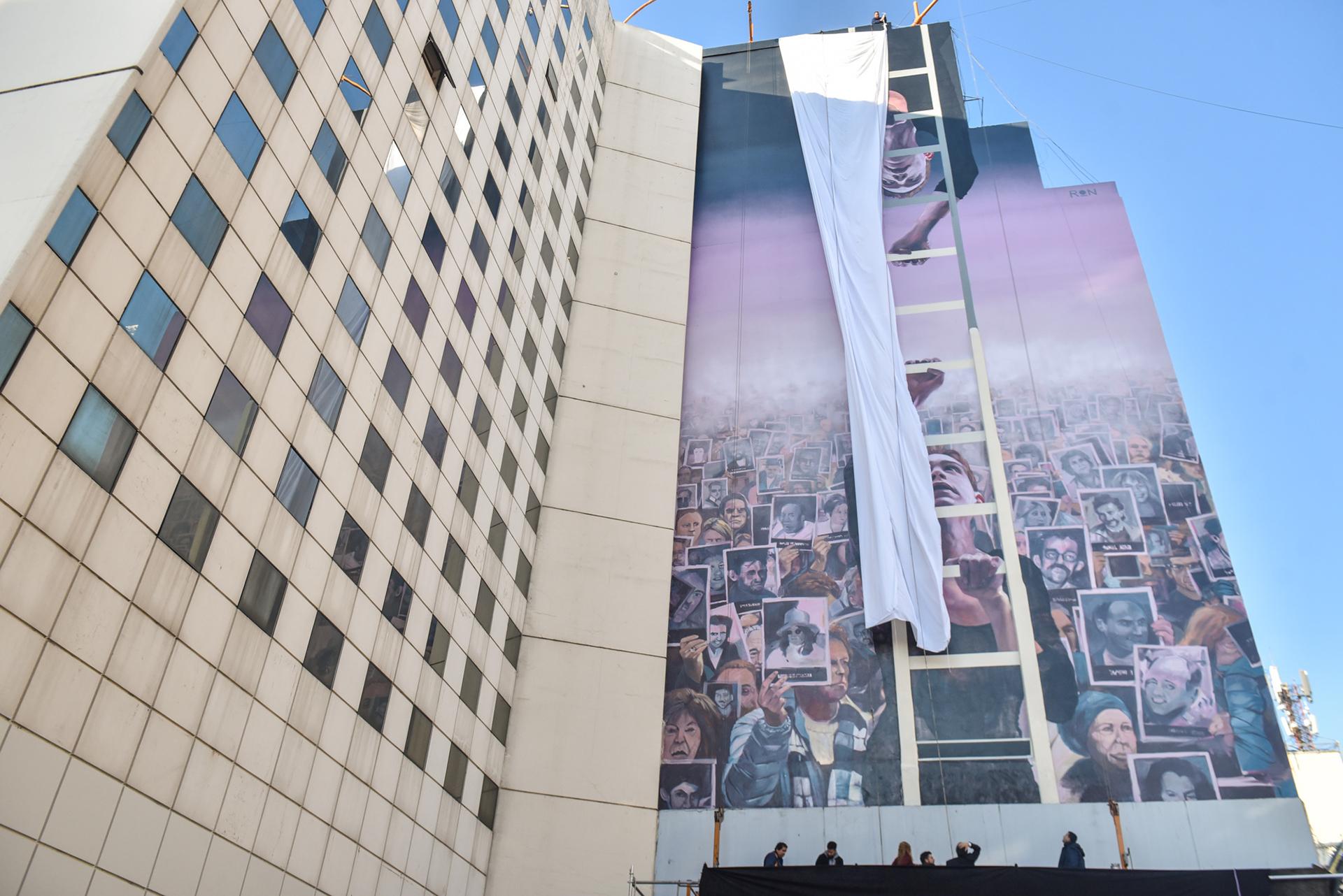 La gigantesca obra creada por el artista Martín Ron honra a las víctimas del ataque terrorista y apunta a renovar el pedido de justicia