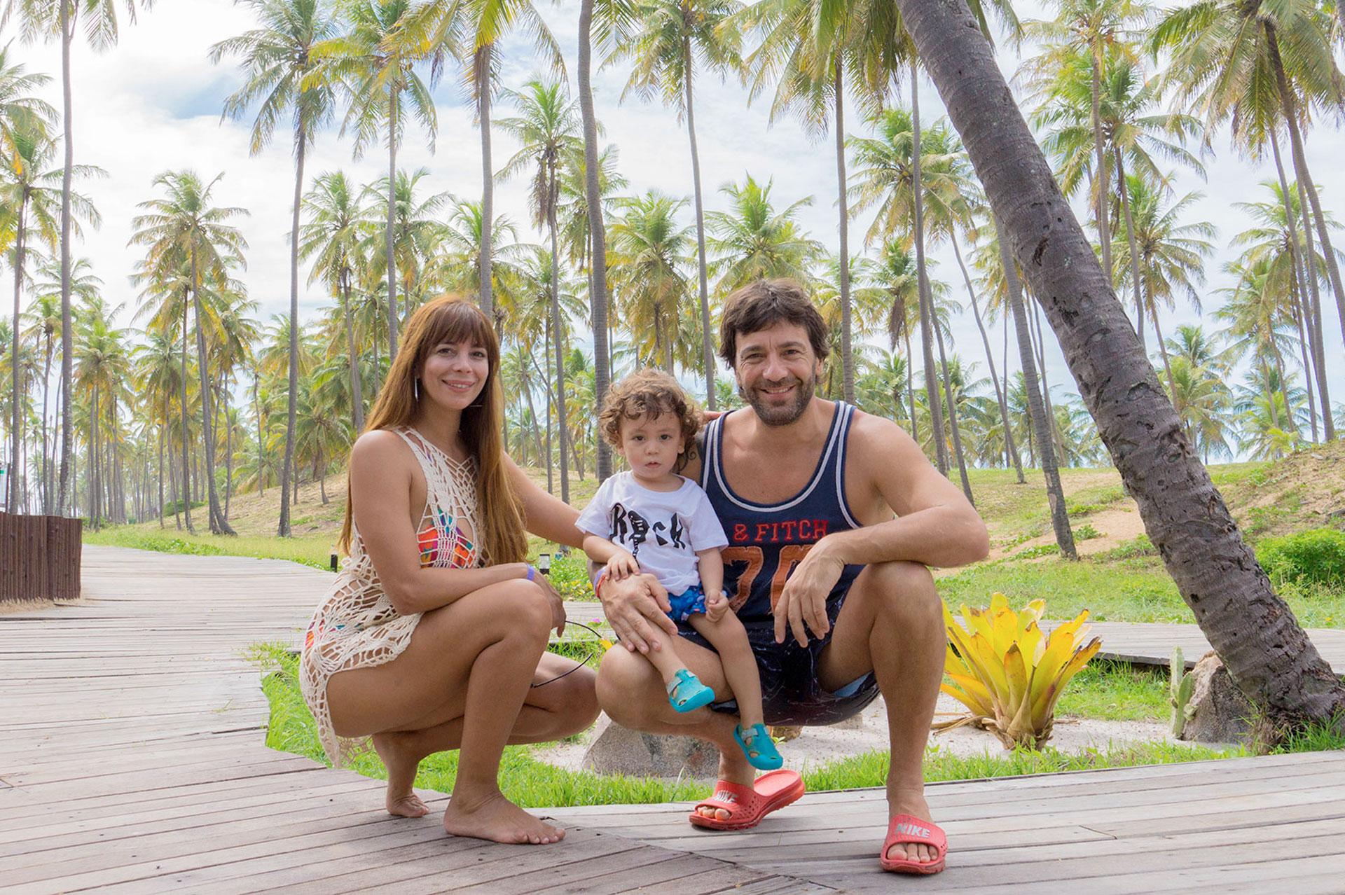 Ximena Capristo, Gustavo Conti y su hijo Félix de vacaciones en Imbassai, Brasil.