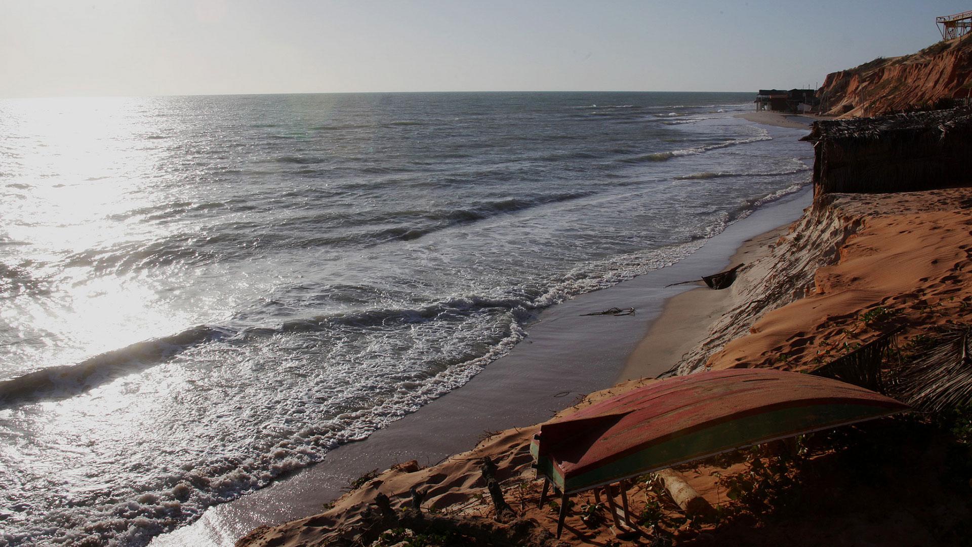 La playa Canoa Quebrada se encuentra a 150 kilómetros de Fortaleza, un paisaje formado por acantilados y arenas coloridas junto a un pintoresco pueblo de pescadores