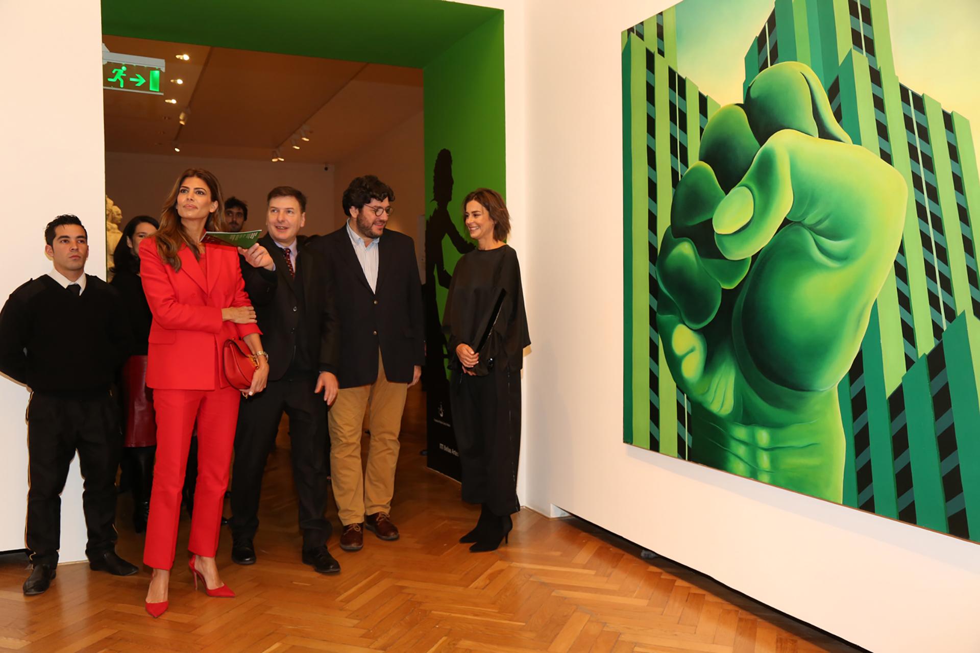 Recorriendo la muestra: Juliana Awada y Andrés Duprat, director del Museo Nacional de Bellas Artes, junto al ministro de Cultura, Pablo Avelluto, y Azul García Uriburu