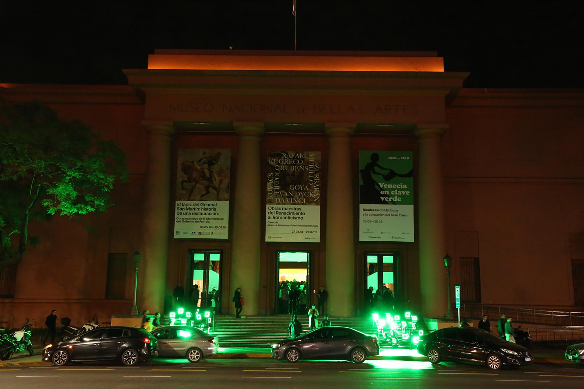 La fachada del Museo Nacional de Bellas Artes transformada con efectos de luz verde sobre sus escalinatas, en homenaje al artista que supo hacer lo que nadie creyó posible: teñir los canales de Venecia