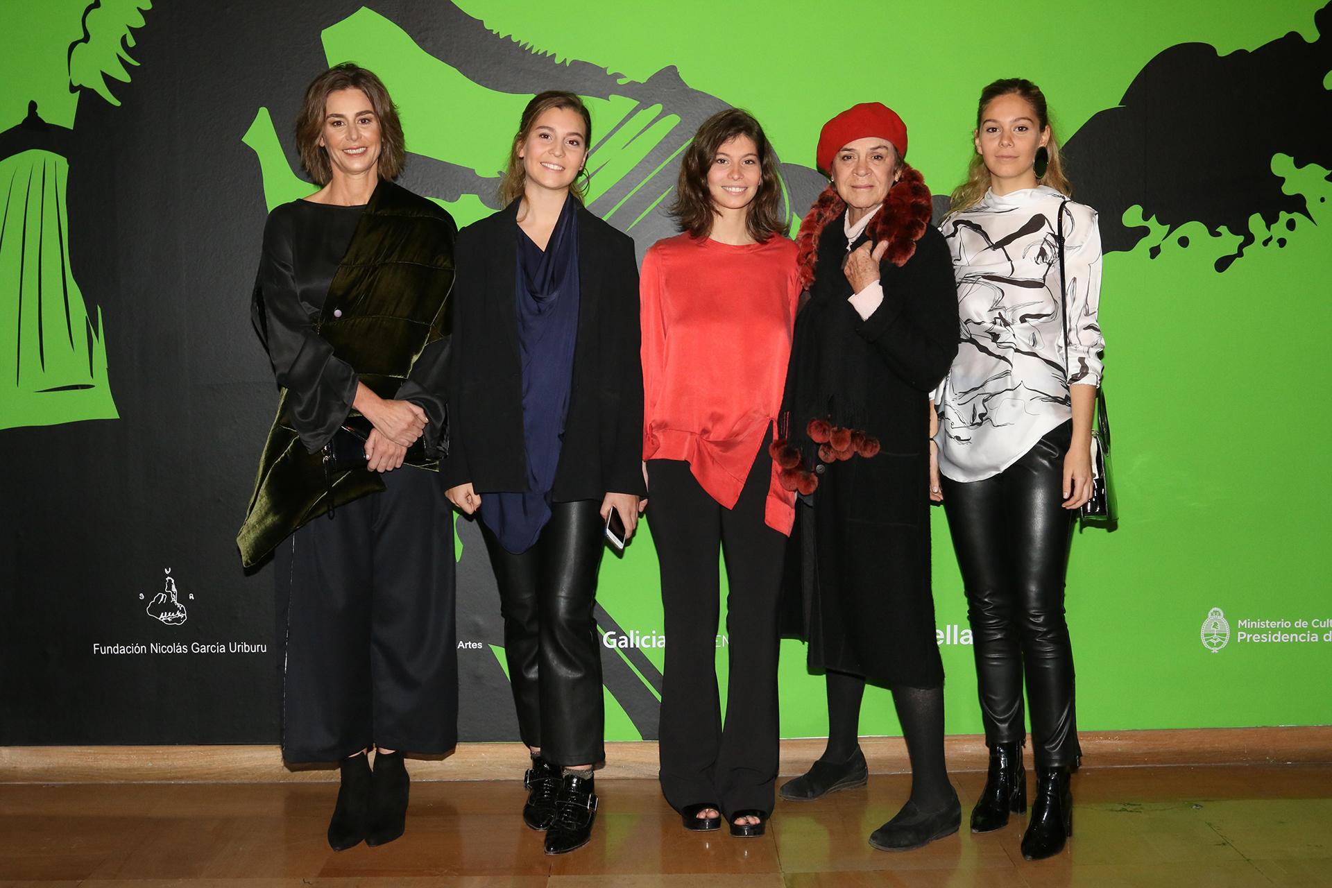 Azul García Uriburu junto a sus hijas, Esperanza, Azul y Milagros Pereda, y su madre Blanca Isabel Álvarez de Toledo (ex mujer de Nicolás García Uriburu)