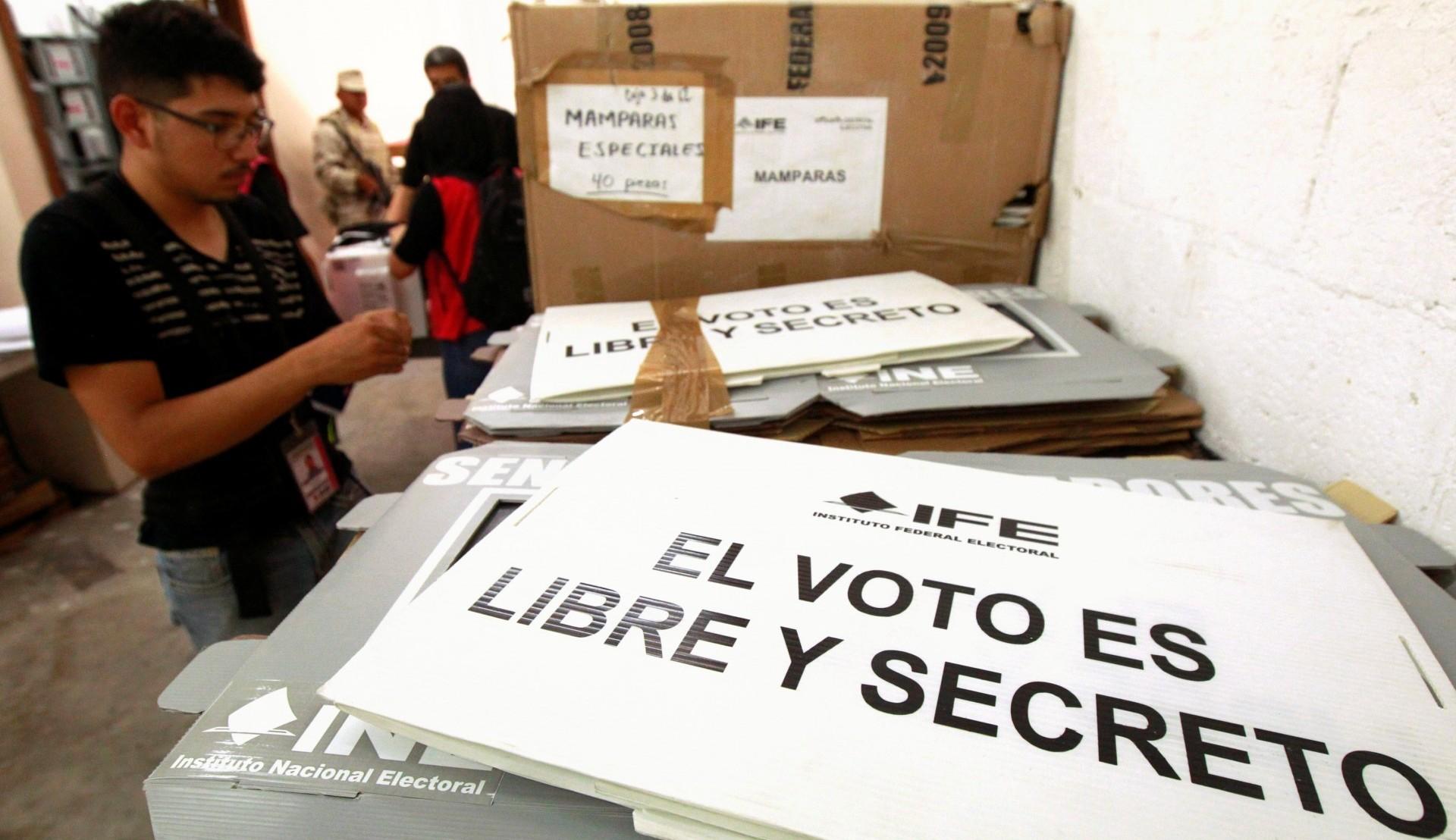 Empleados del Instituto Nacional Electoral alistan el material para la votación (Reuters)