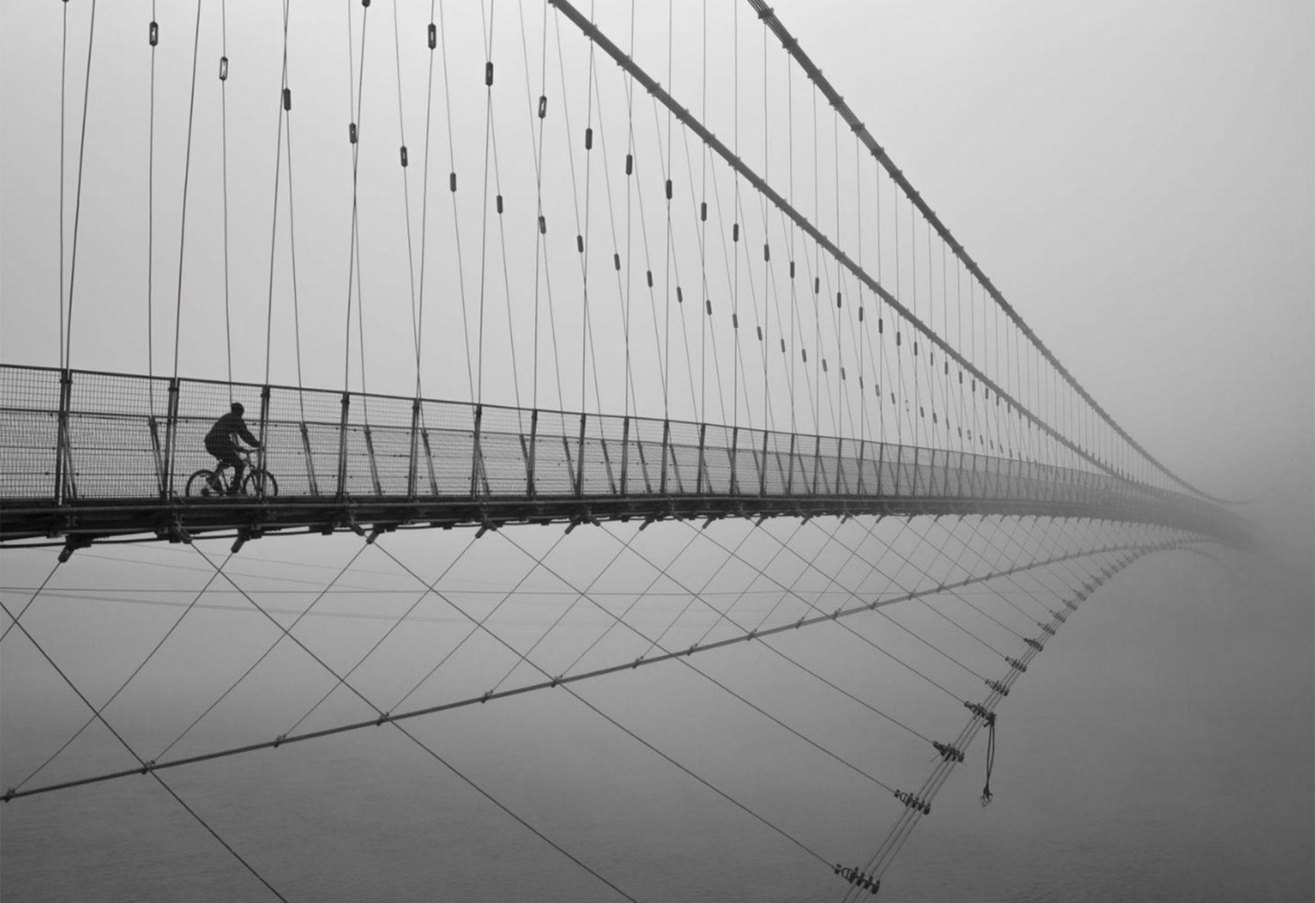 """Viajando al cielo"". Puente de Rham Jhula en Rishikesh, Uttarakhand, India."