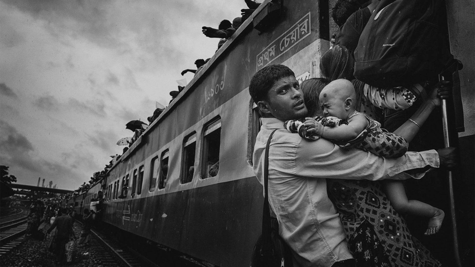 """""""Viaje desafiante"""". Estación de tren del aeropuerto de Dhaka, Bangladesh."""