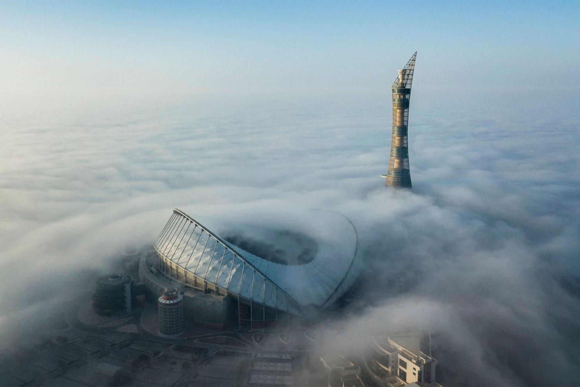 """""""El futuro de 2022, revelado en la niebla"""". Uno de los estadio donde jugará el Mundial de 2022, en Muraykh, Qatar."""