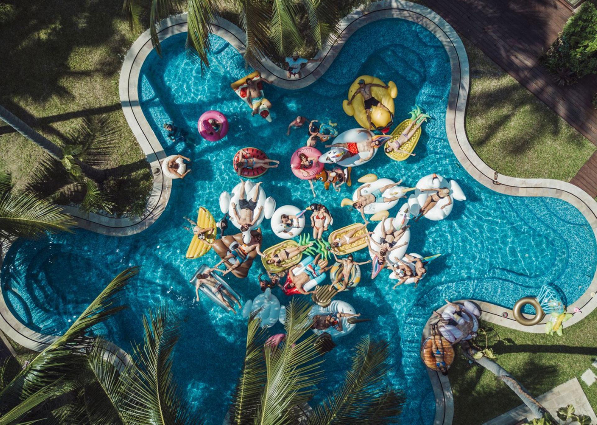"""""""La mejor fiesta de piscina"""". Ban Laem So, Tailandia."""