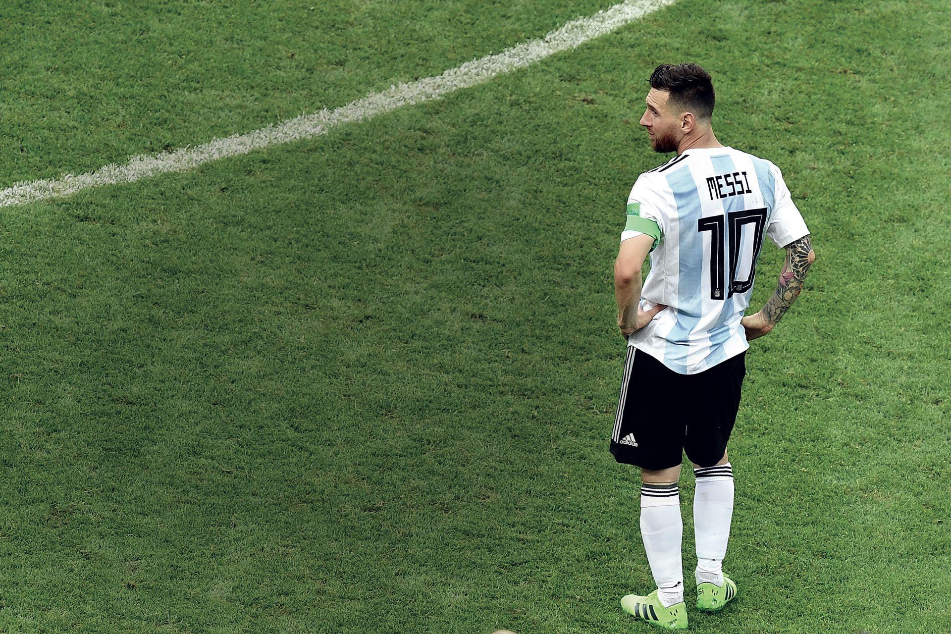 La decepción pintada en el cuerpo: Leo, con la derrota consumada, busca explicaciones y no lasencuentra. ¿Tendrá ganas de buscar revancha en Qatar 2022? El 10 de Argentina sólo pudo convertir un gol en este certamen.