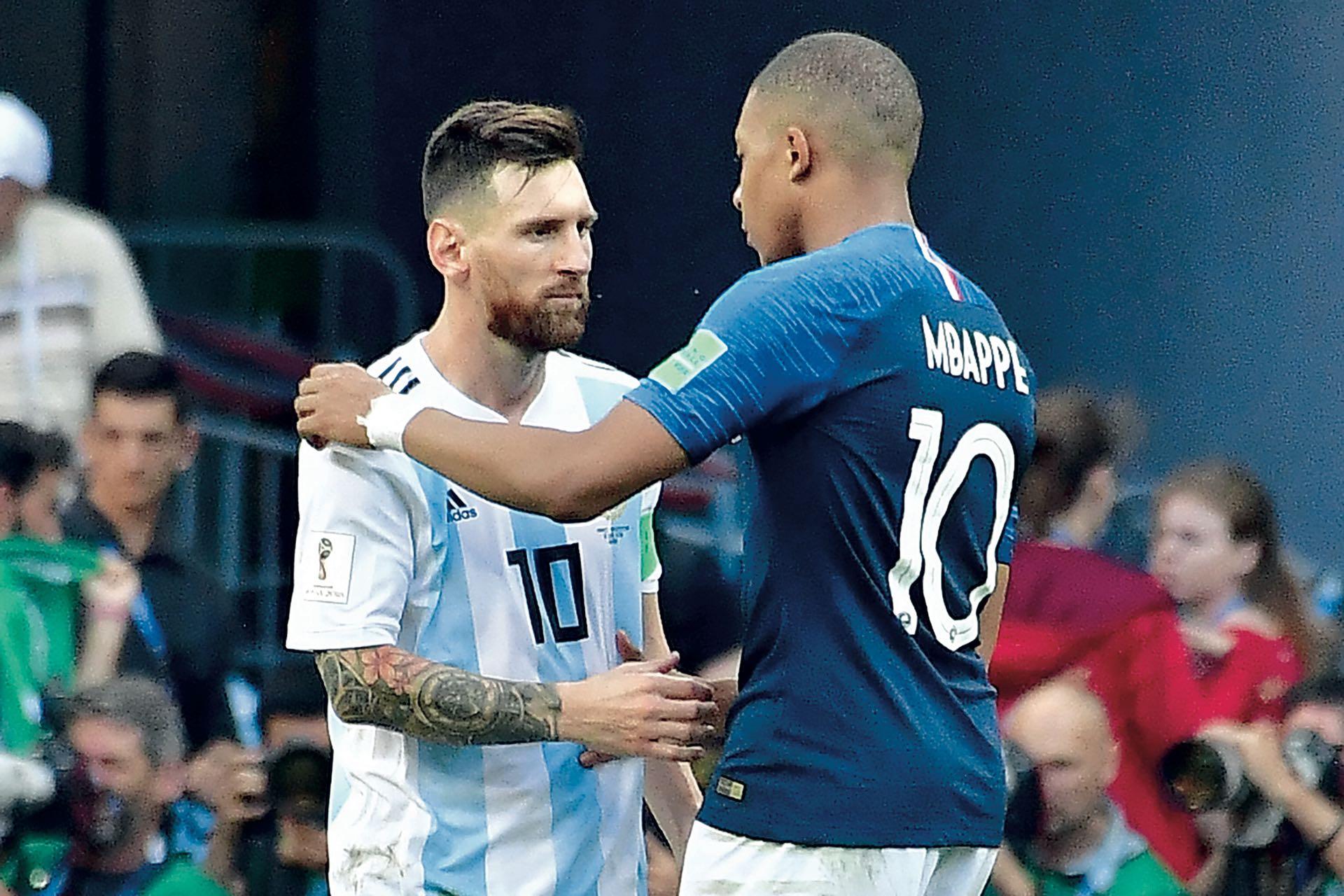"""Después del partido, el """"10"""" argentino y su par francés (Mbappé, brillante talento de 19 años) se saludaron con respeto. El joven galo fue la figura de la cancha."""