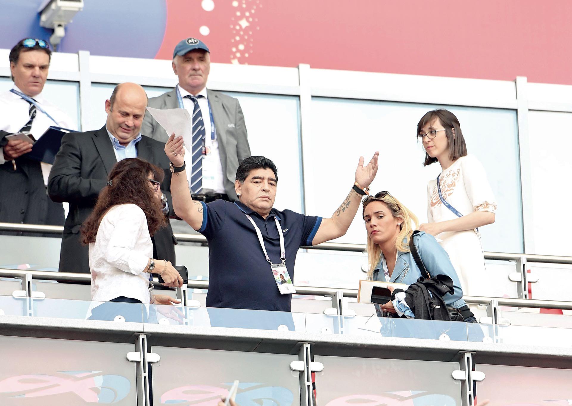 Diego Maradona, acompañado por Rocío Oliva, no se perdió el partido: sufrió, se ilusionó y quedó triste por la eliminación.