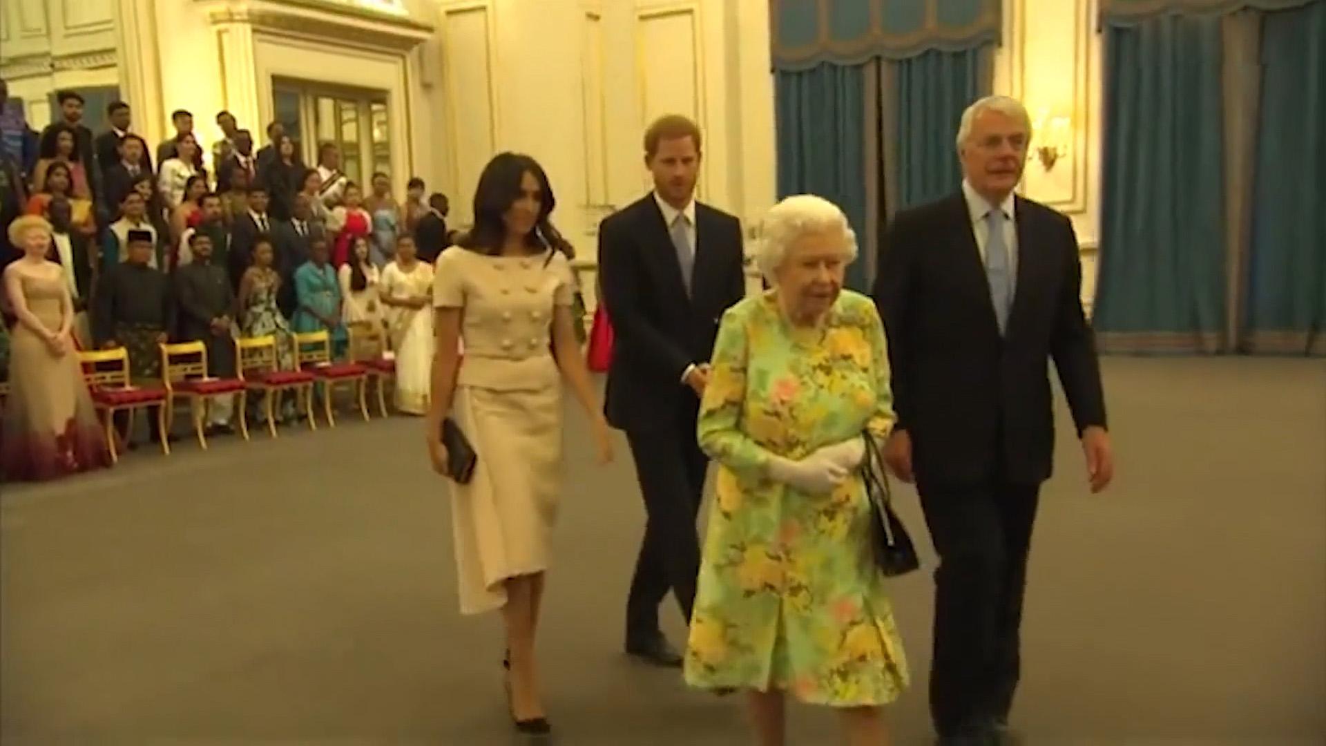 Hace algunos días se viralizó un video donde se ve al príncipe Harry rechazando un gesto cariñoso de su esposa. Todo ocurrió mientras la pareja real asistía a un evento público en compañía de la reina Isabel de Inglaterra