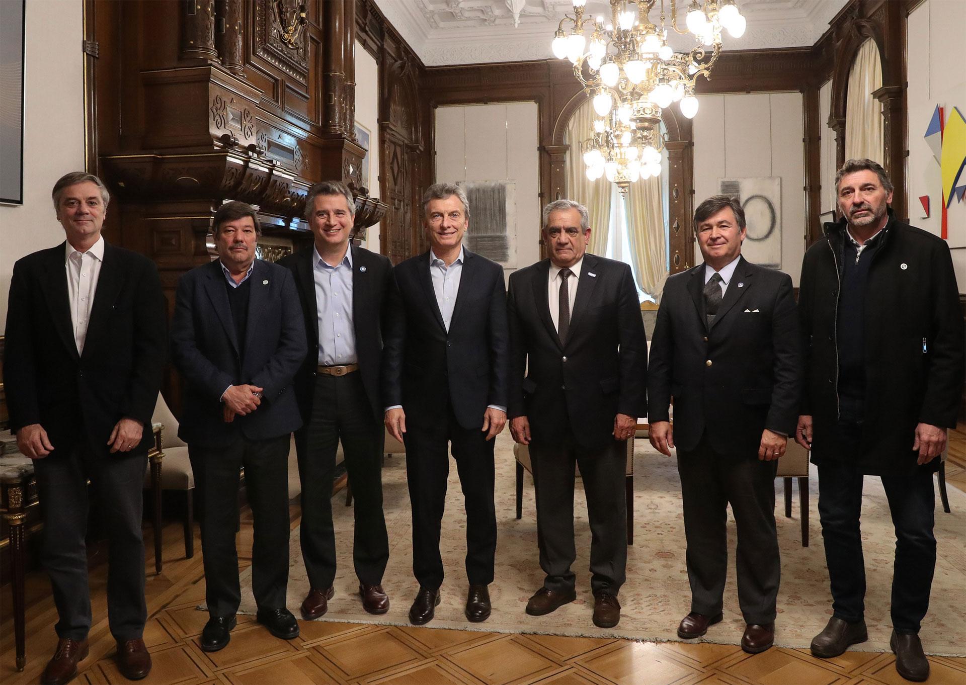 El presidente Mauricio Macri y el ministro de Agroindustria Luis Miguel Etchevehere junto a la Mesa de Enlace, en julio pasado, cuando el campo logró frenar las retenciones