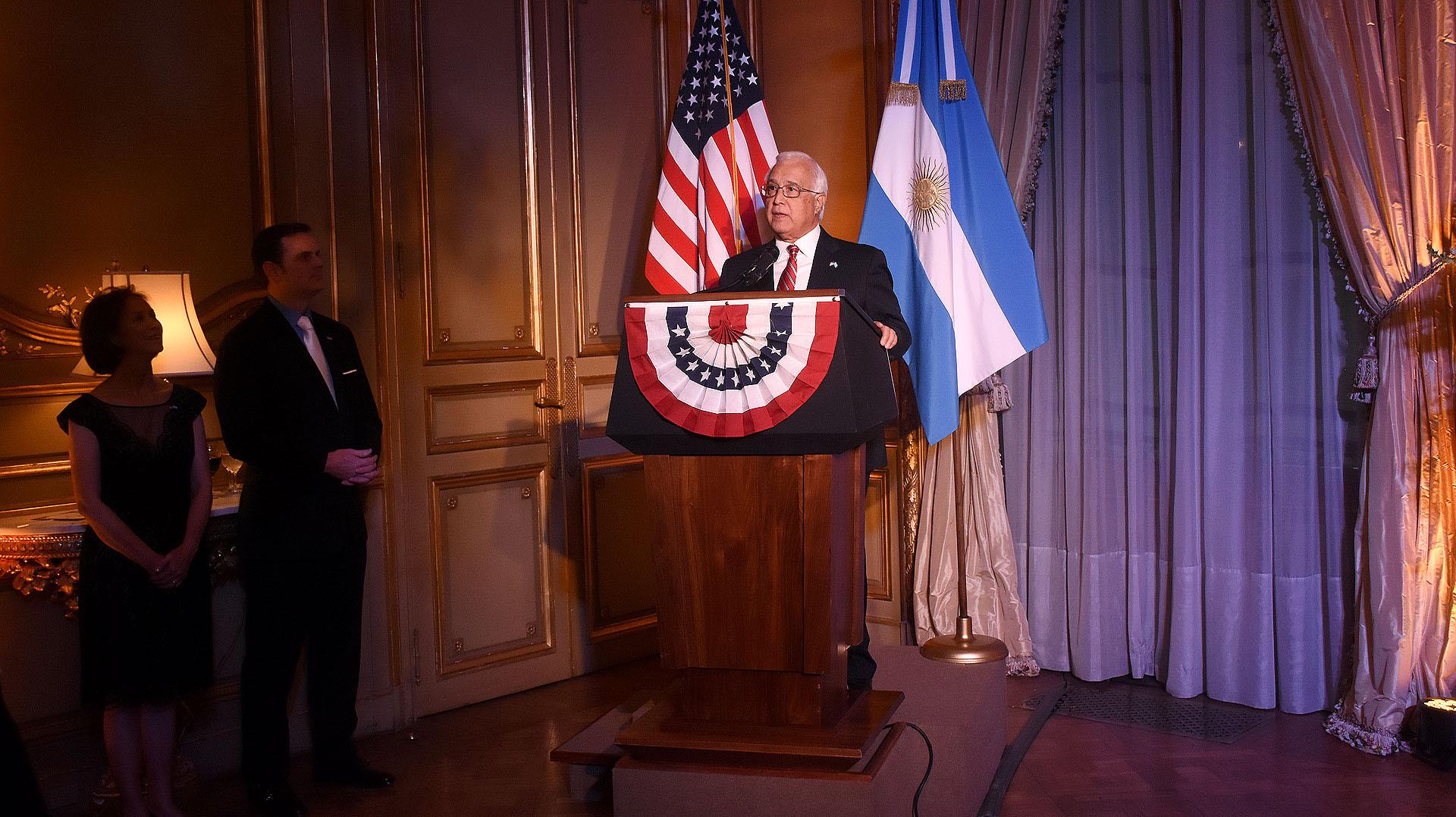 El discurso del embajador Prado ante la mirada de su esposa María y de Tom Cooney, encargado de Negocios de esa embajada