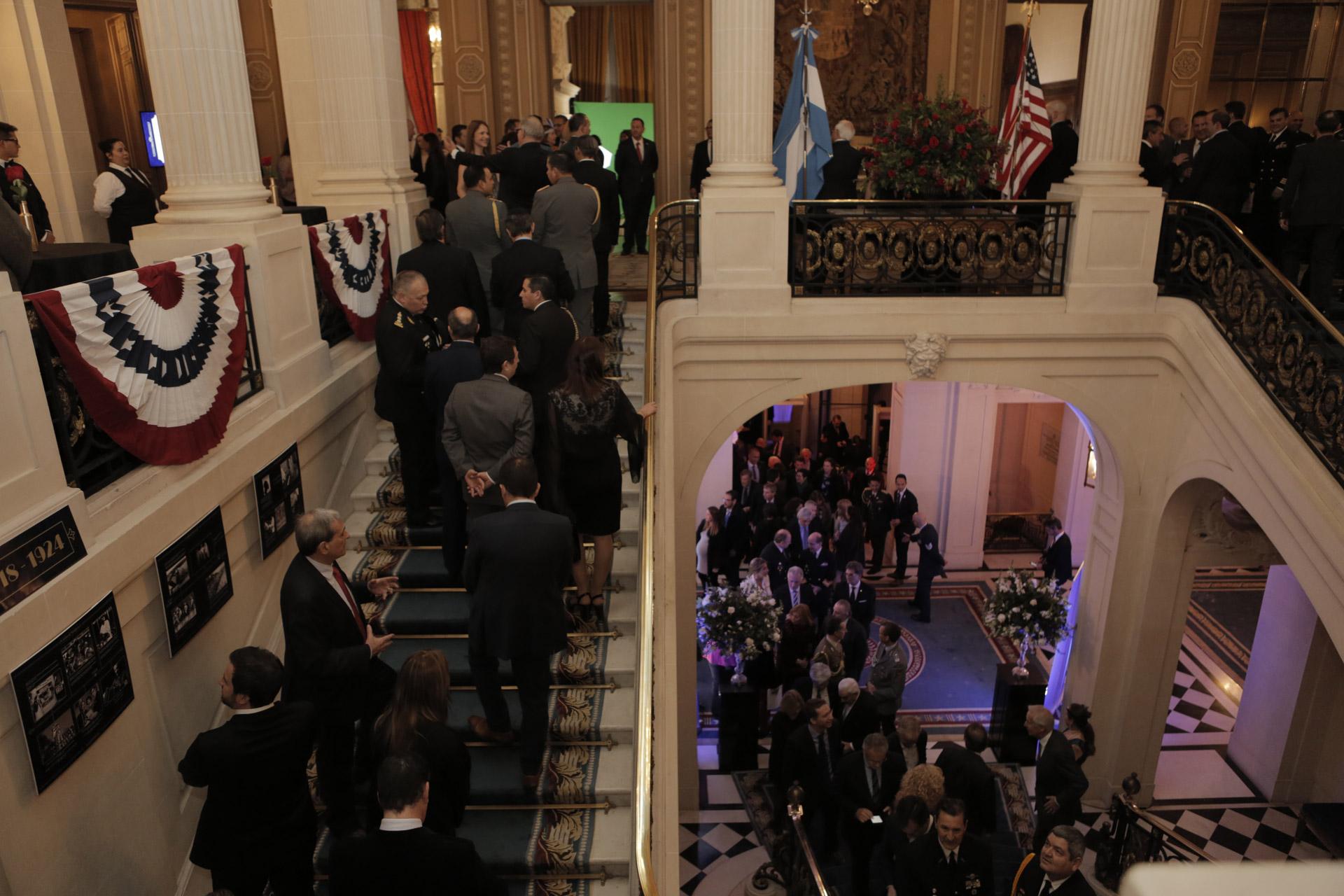 La recepción en la embajada de los Estados Unidos estaba ambientada en los años 20 y algunos de los invitados asistieron con la vestimenta de esa época