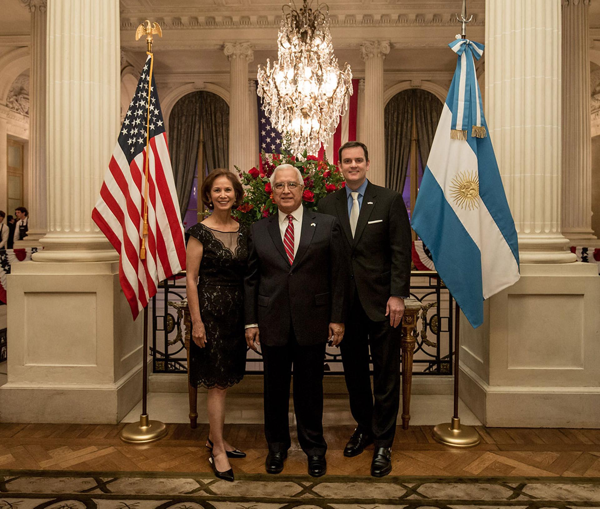 Edward C. Prado y su mujer María, junto a Tom Cooney recibieron a los invitados