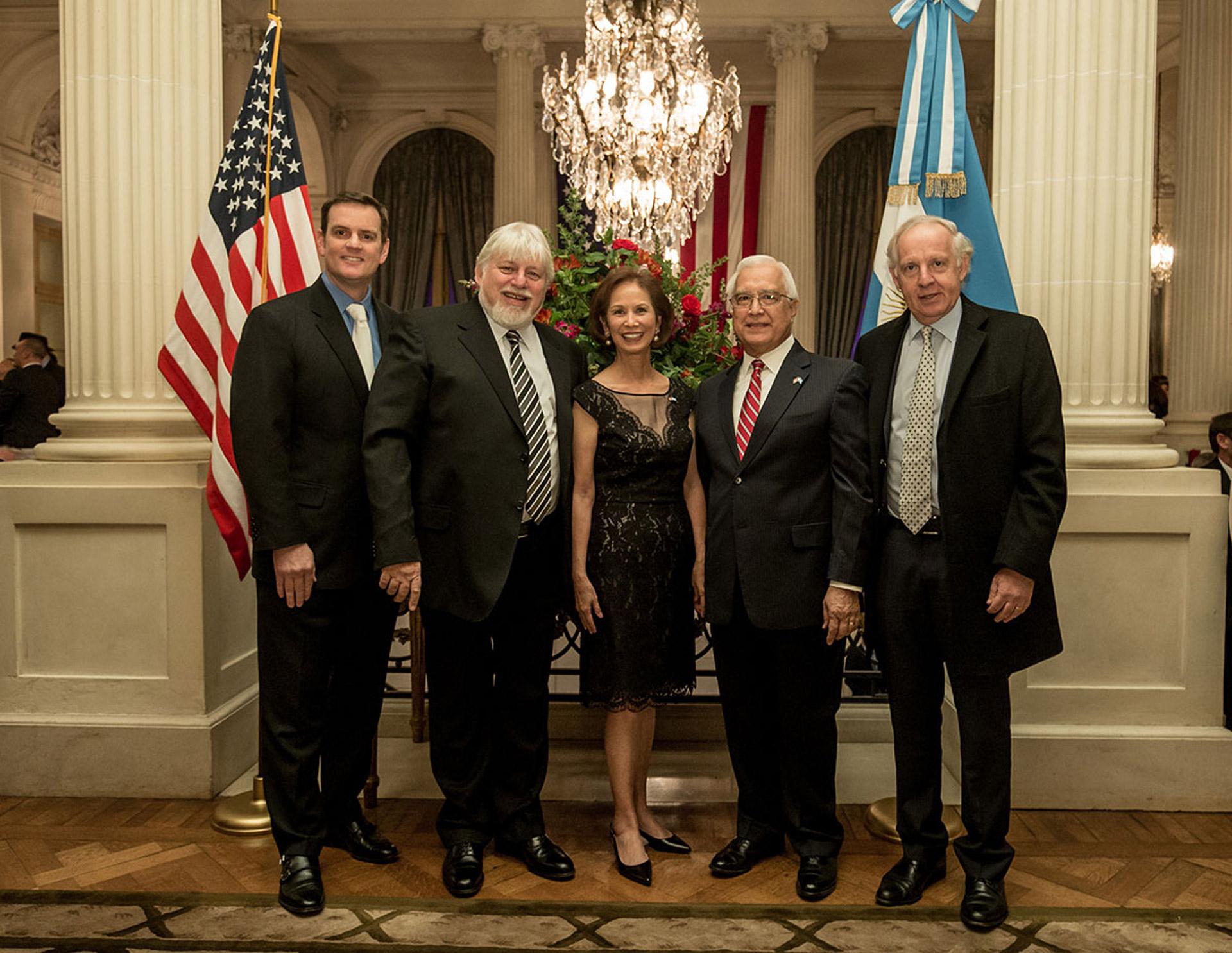 El embajador Prado junto a su mujer María y Tom Cooney reciben al empresario Adrián Werthein