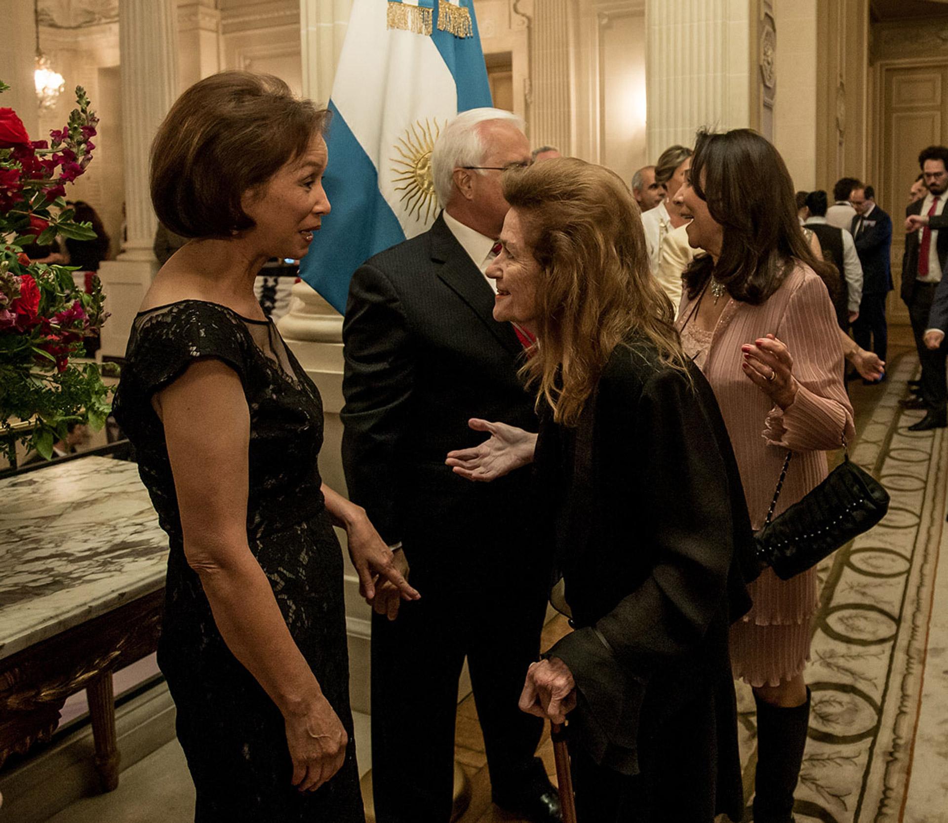 La jueza de la Corte Suprema de Justicia, Helena Highton, saluda a María Prado