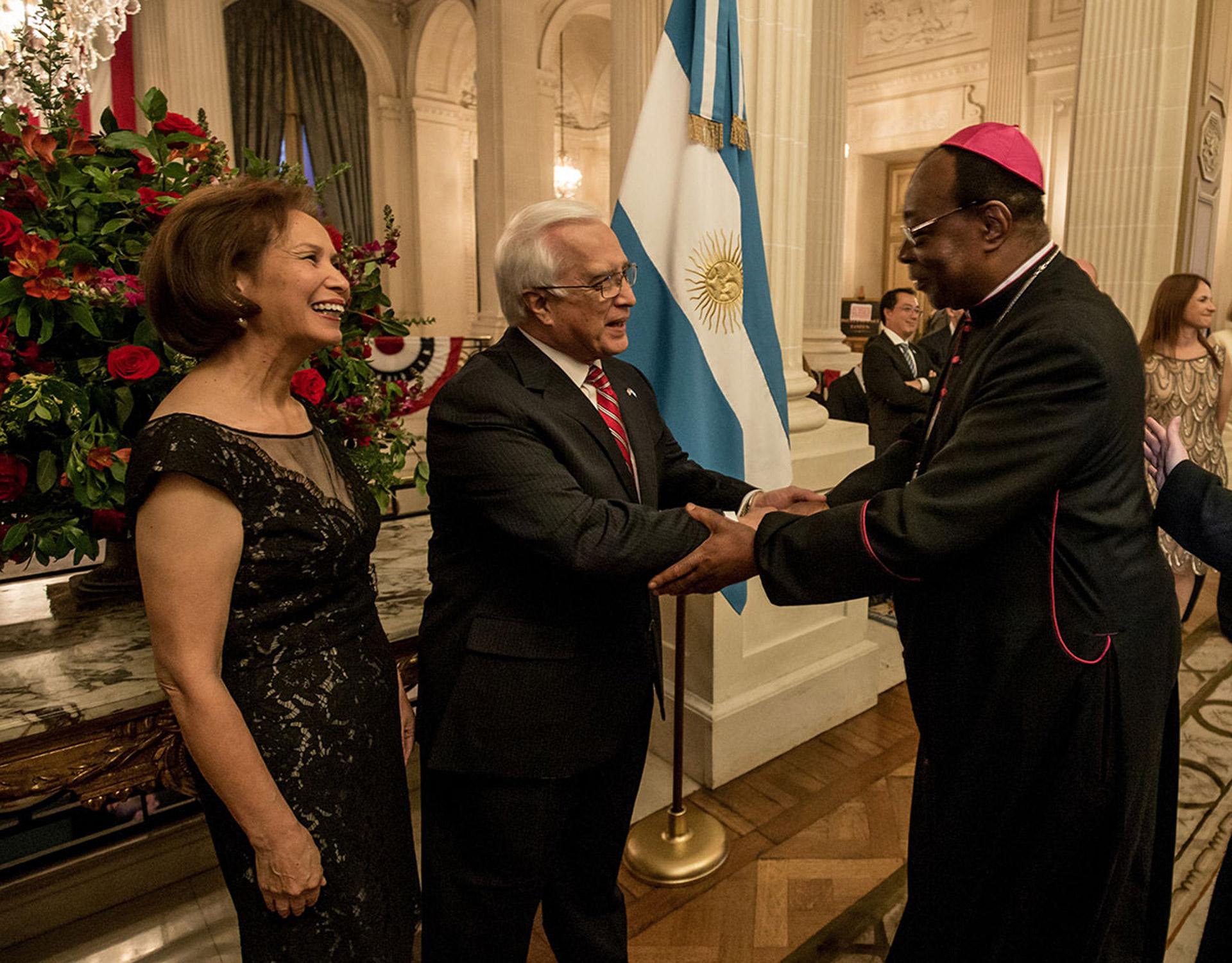Edward C. Prado y su mujer reciben al Nuncio apostólico en la Argentina, monseñor León Kalenga Badikebele