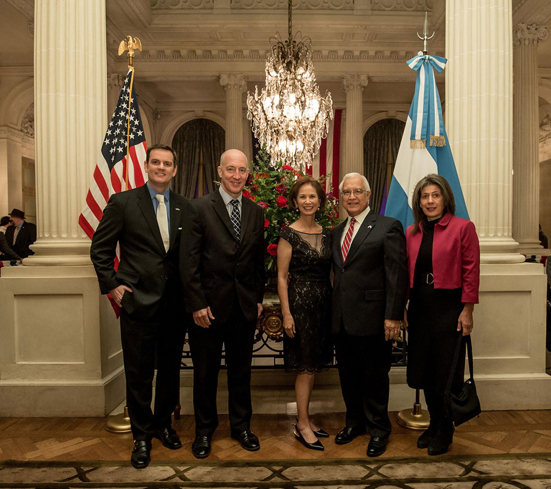 El embajador Prado junto a su mujer María y Tom Cooney reciben al embajador británico, Mark Kent, y su esposa Martine