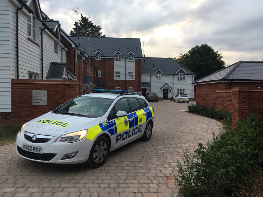 La casa en la que las dos personas fueron encontradas inconscientes en Amesbury (Twitter Steven Morris/@stevenmorris20)