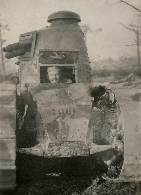 Un tanquista posa para la foto en el interior de un Renault FT-17