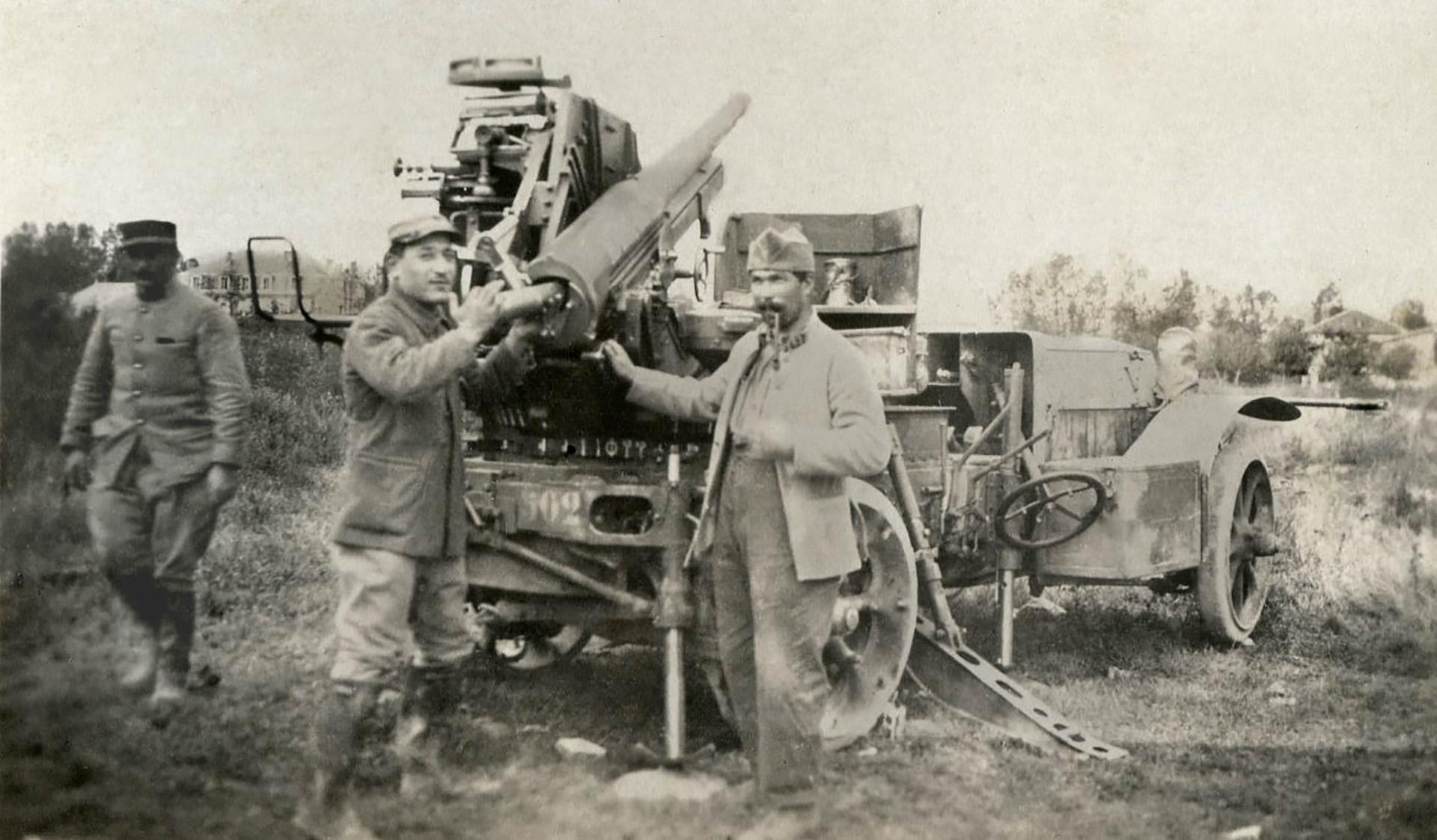 El famoso cañón de artillería francés de 75 mm, adaptado para el fuego antiaéreo