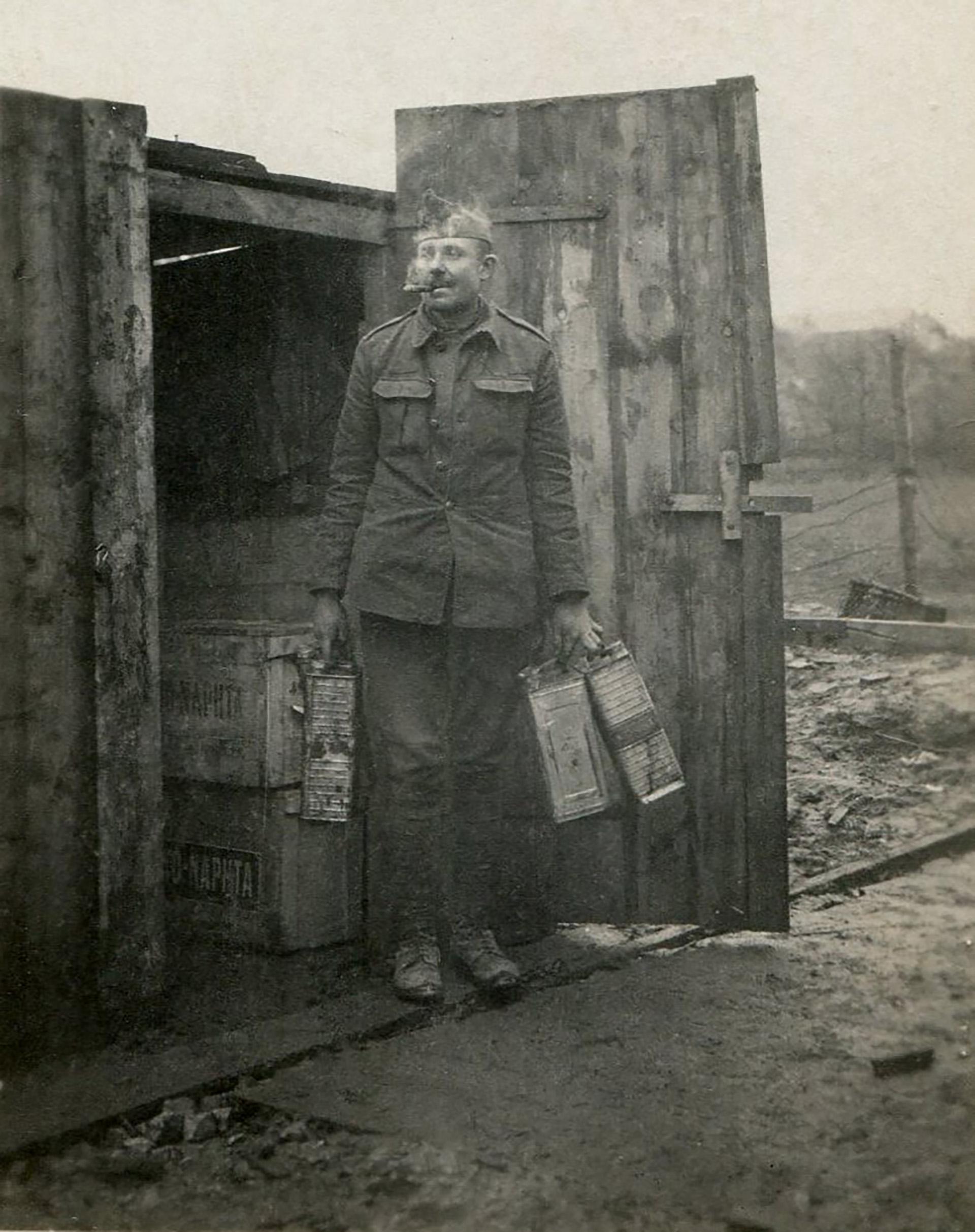 Un soldado estadounidense portando latas de combustible