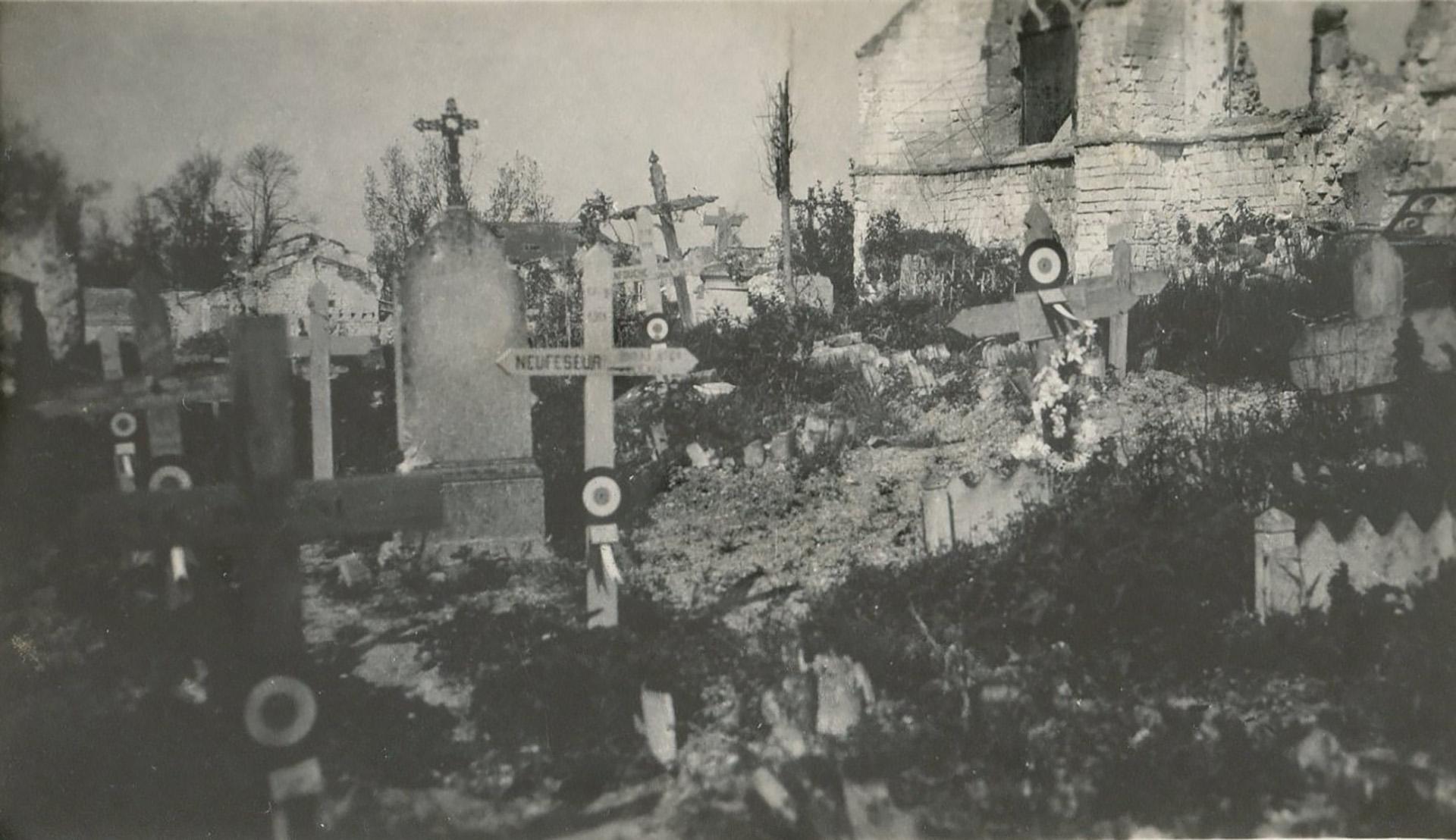 En el viejo cementerio de un pueblo arrasado conviven lápidas y cruces de madera