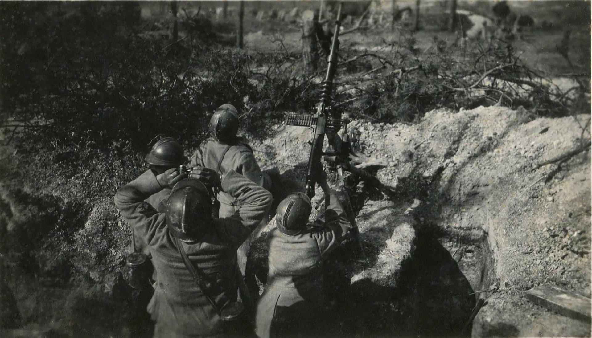 Soldados franceses apuntan una ametralladora Hotchkiss M1914 al cielo, en busca de aviones enemigos