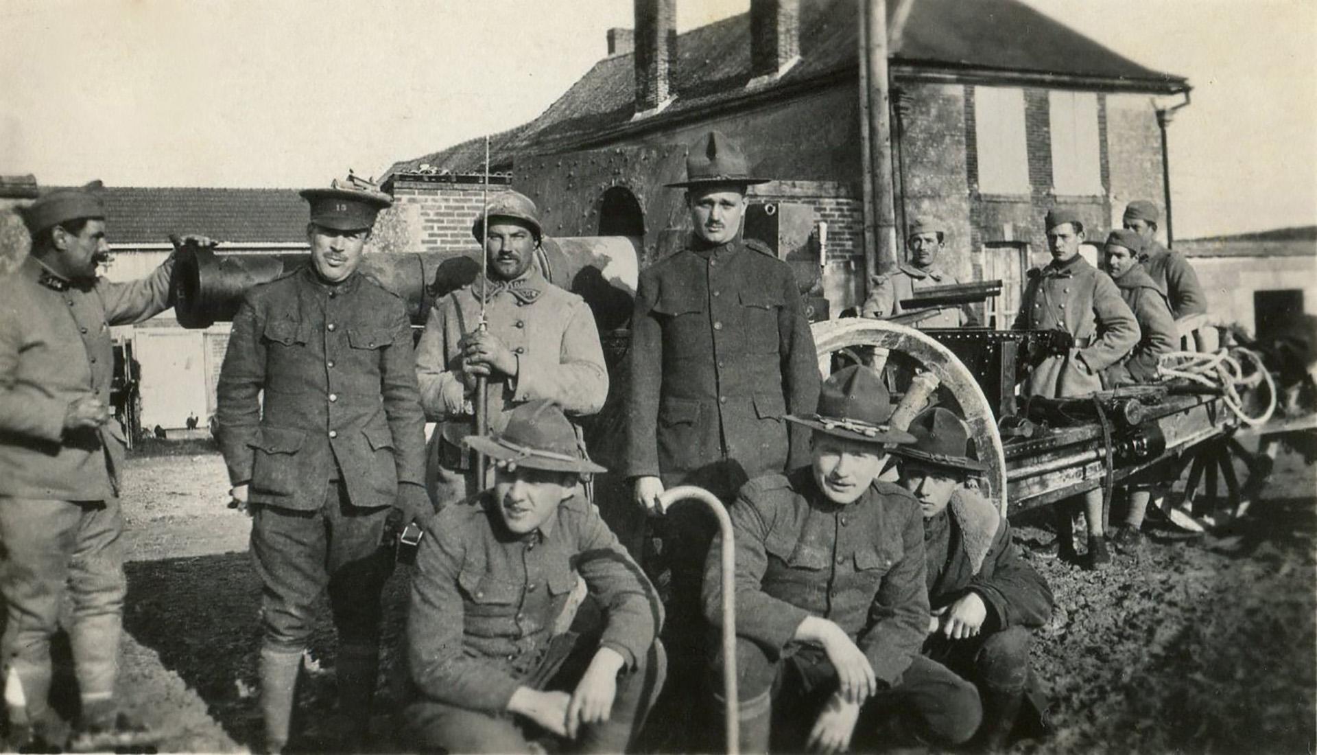 Soldados franceses y estadounidenses. Tras unirse a la guerra en 1917, el Ejército de los Estados Unidos fue entrenado y puesto a punto por Francia
