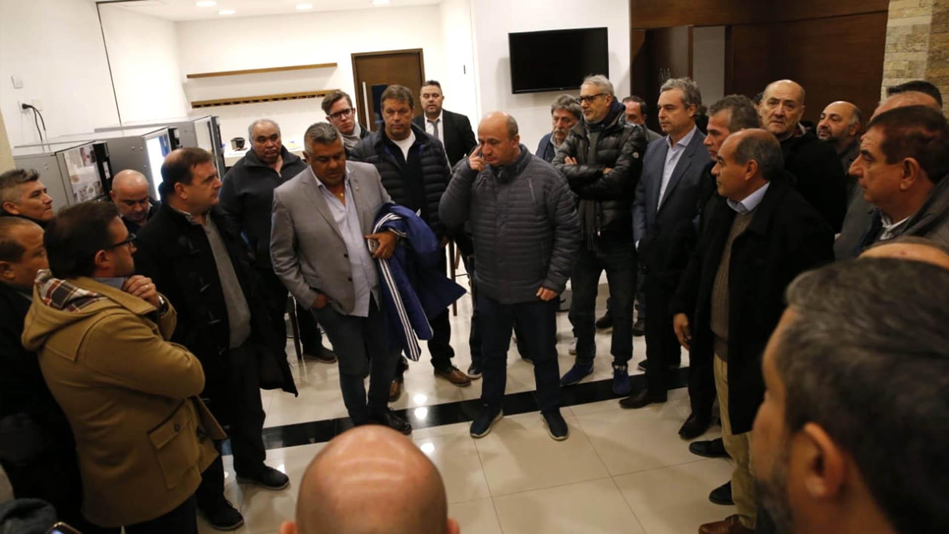Claudio Tapia fue recibido por un nutrido grupo de dirigentes del fútbol argentino en su llegada al país tras acompañar a la delegación nacional en el Mundial Rusia 2018 (@TNTSportsLA)