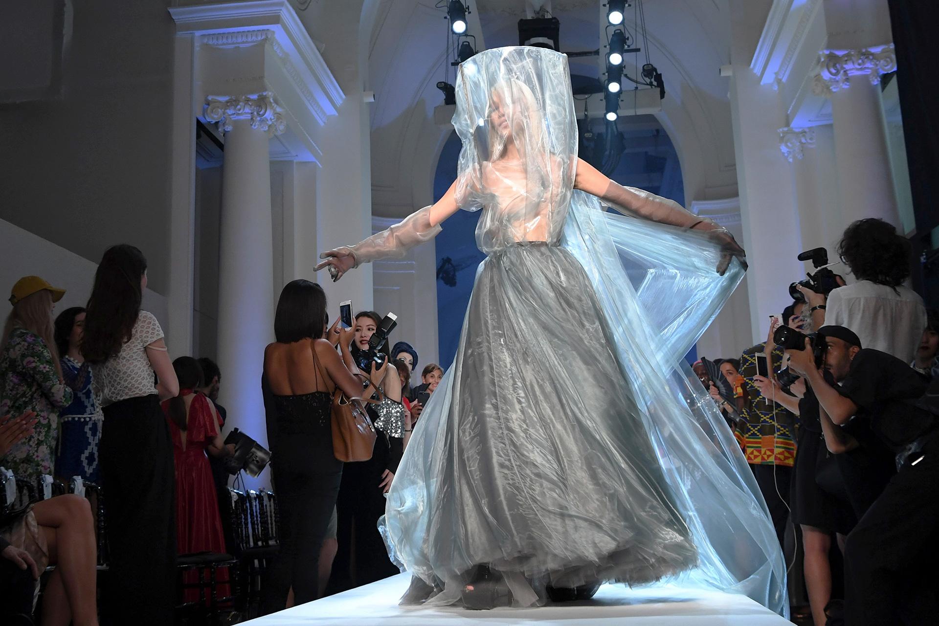 Diseños voluminosos y envolventes vistieron el cuerpo femenino y otras veladas