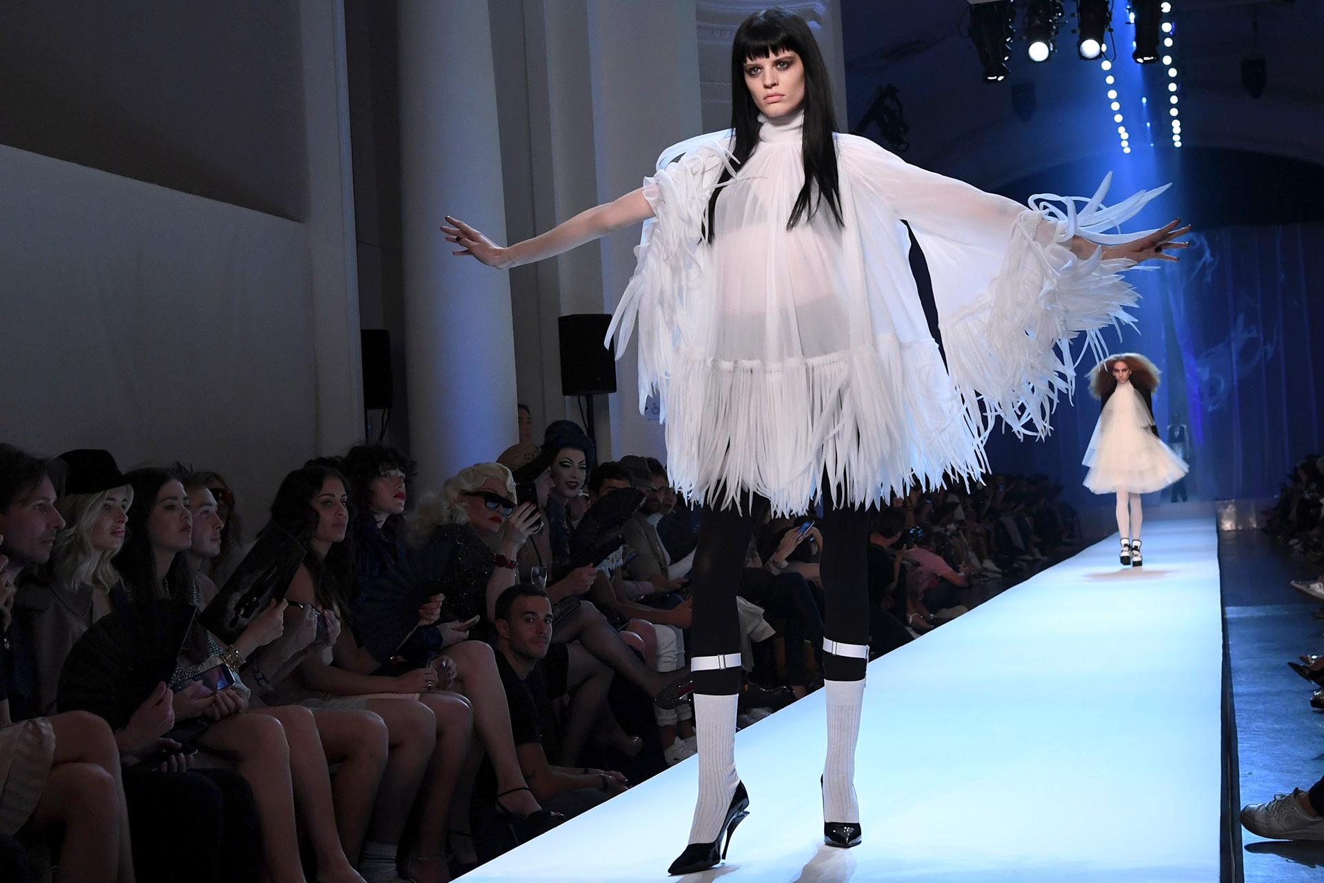 El look se fusionó con prendas de alta costura con juego de texturas y materiales