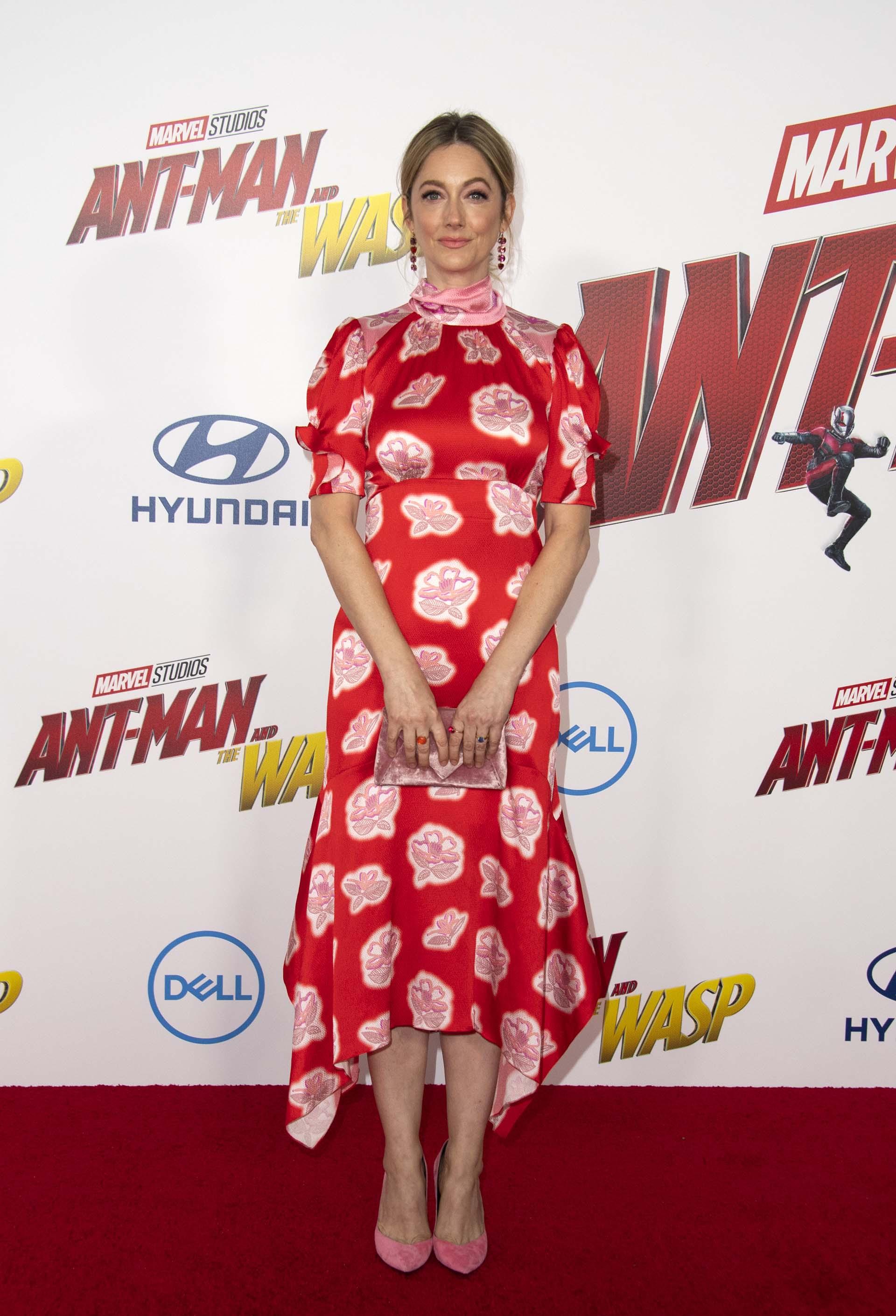 La actriz Judy Greer también pasó por la red carpet y lució un vestido con estampa floral /// Fotos: AFP