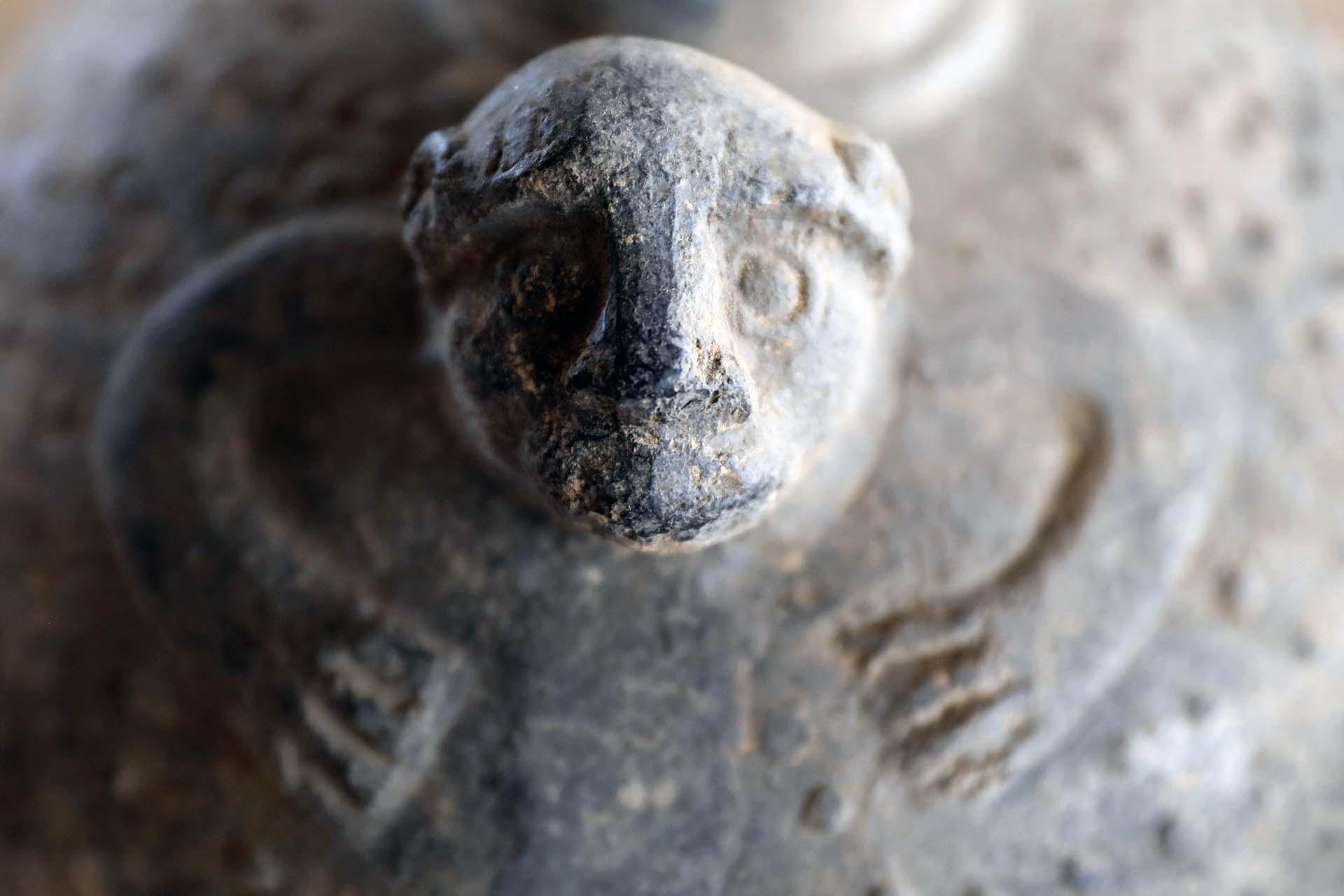 Algunas de las cerámicas están casi intactas y permiten observar con detalle la alfarería de Túcume, una fusión de arte lambayecano y Chimú, con jarros característicos por llevar en sus boquillas representaciones de cabezas, ya sea de hombres o de animales como el murciélago