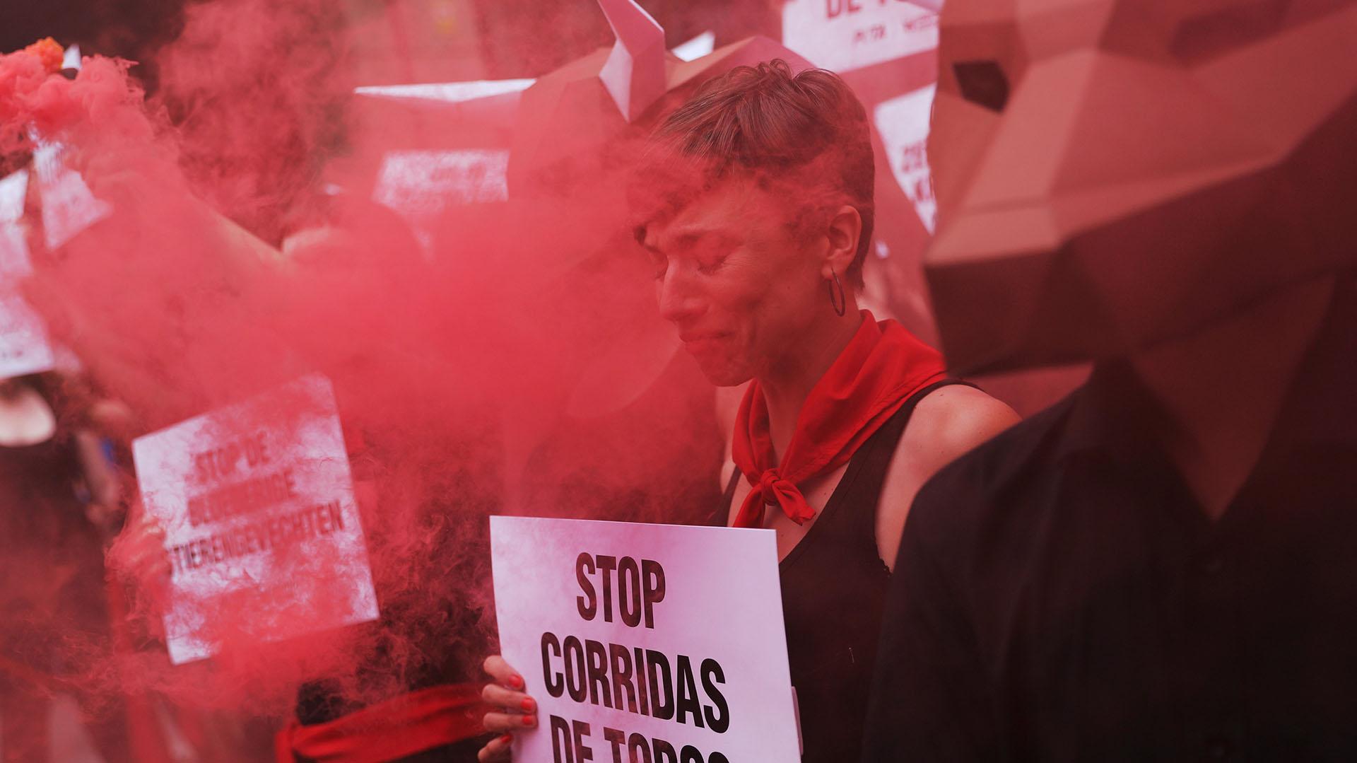 Un manifestante por los derechos de los animales se emociona mientras se manifiesta por la abolición de las corridas de toros (REUTERS/Susana Vera )