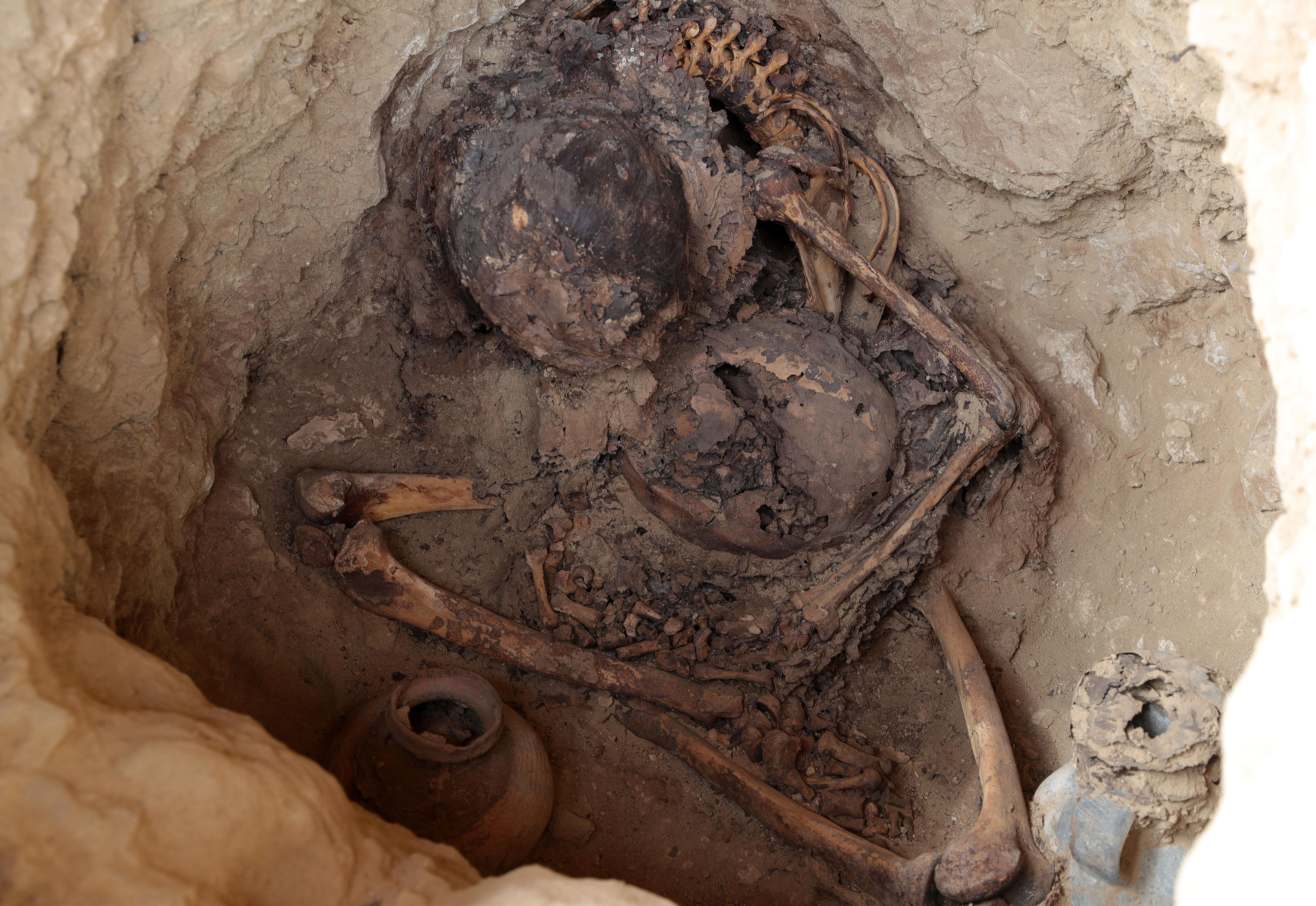 Restos óseos hallados en un fardo funerario, en las excavaciones de una de las laderas de una de las pirámides que conforman la huaca Las Abejas, en el complejo arqueológico de Túcume (EFE)
